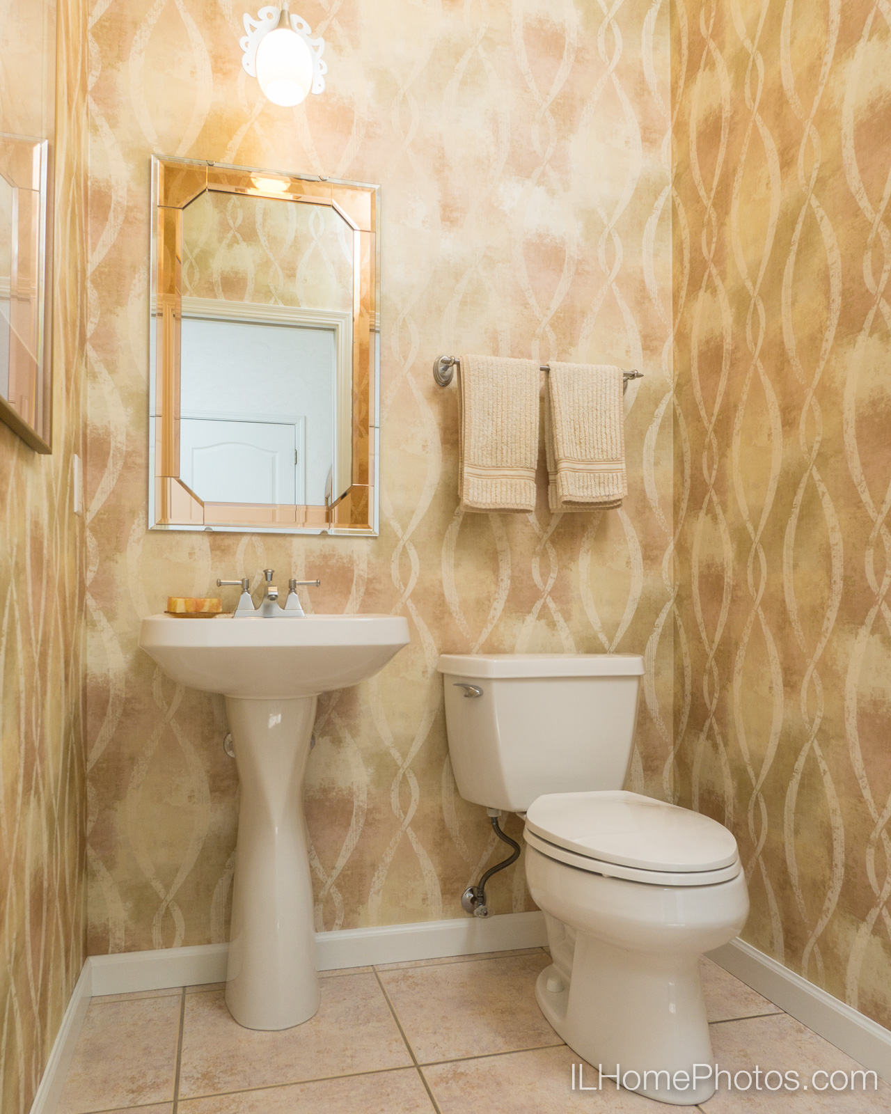 Interior bathroom photograph for real estate in Pekin/Peoria :: Illinois Home Photography by Michael Gowin, Lincoln, IL