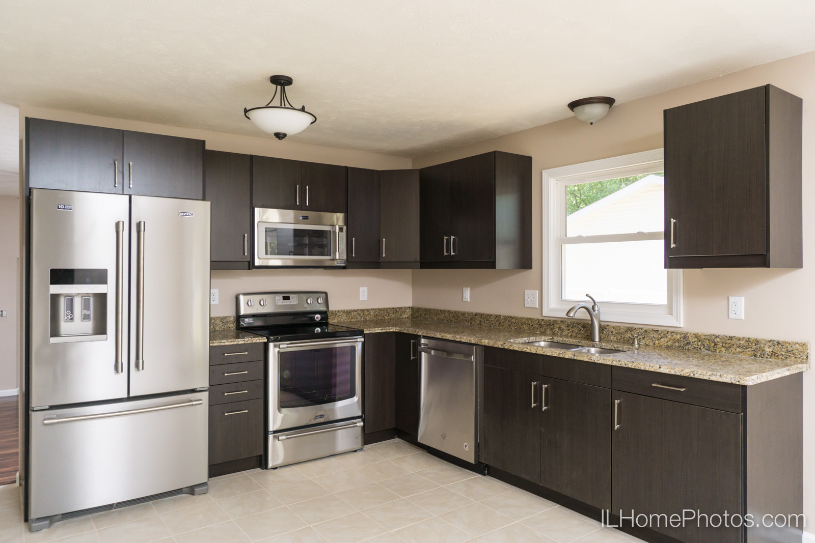 Interior kitchen photograph for real estate in Springfield :: Illinois Home Photography by Michael Gowin, Lincoln, IL