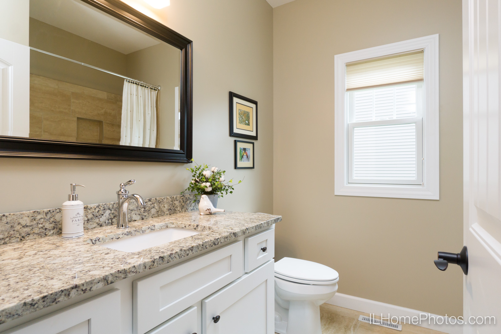 Interior bathroom photograph for real estate in Springfield, IL :: Illinois Home Photography by Michael Gowin, Lincoln, IL