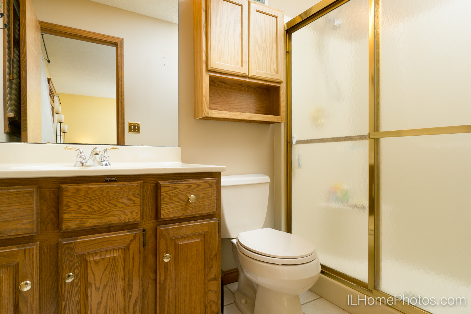 Interior master bathroom photograph for real estate in Peoria, IL :: Illinois Home Photography by Michael Gowin, Lincoln, IL
