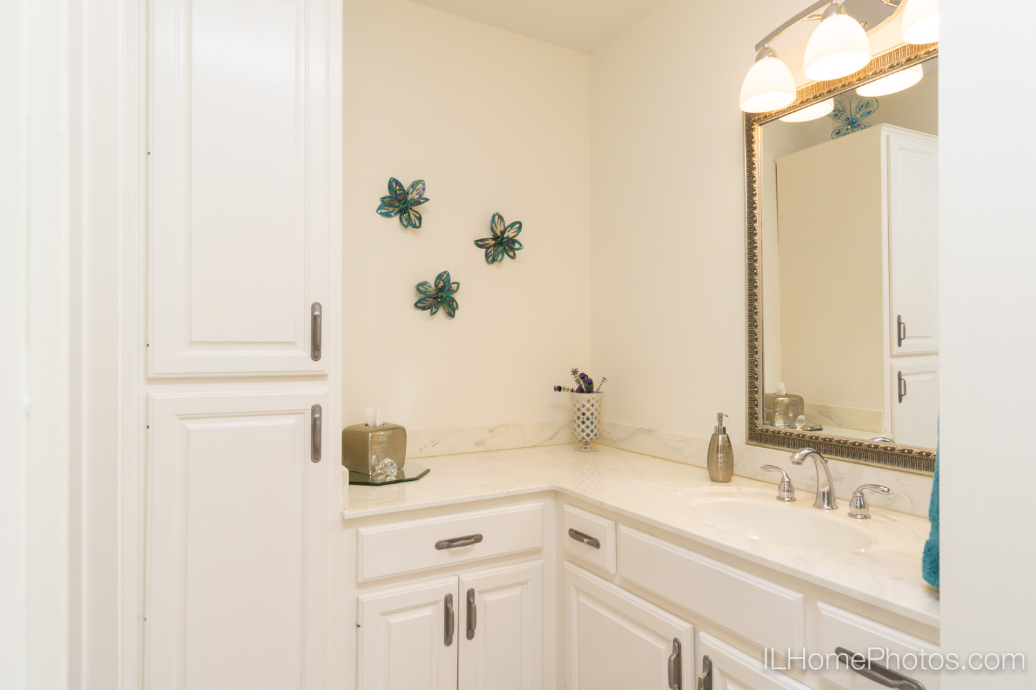 Interior master bathroom photograph for real estate in Mt Zion, IL :: Illinois Home Photography by Michael Gowin, Lincoln, IL
