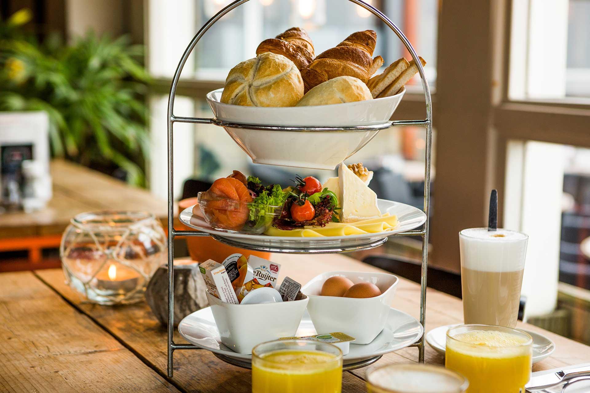 Ontbijten op Scheveningen - Ontbijten op Scheveningen, daar kan je iedereen gelukkig mee maken. We serveren een heerlijk ontbijt met o.a. diverse broodjes, een croissant, eitje erbij, jus d'orange en een lekkere kop koffie.Hoe wil je de dag beter beginnen dan met een goed ontbijt in een ontspannen sfeer uitkijkend over de Noordzee.Ontbijten bij Grandcafe Binnen kan op elke dag van de week. Doordeweeks vanaf half 10 en op zaterdag en zondag vanaf half 9.Kom lekker langs!
