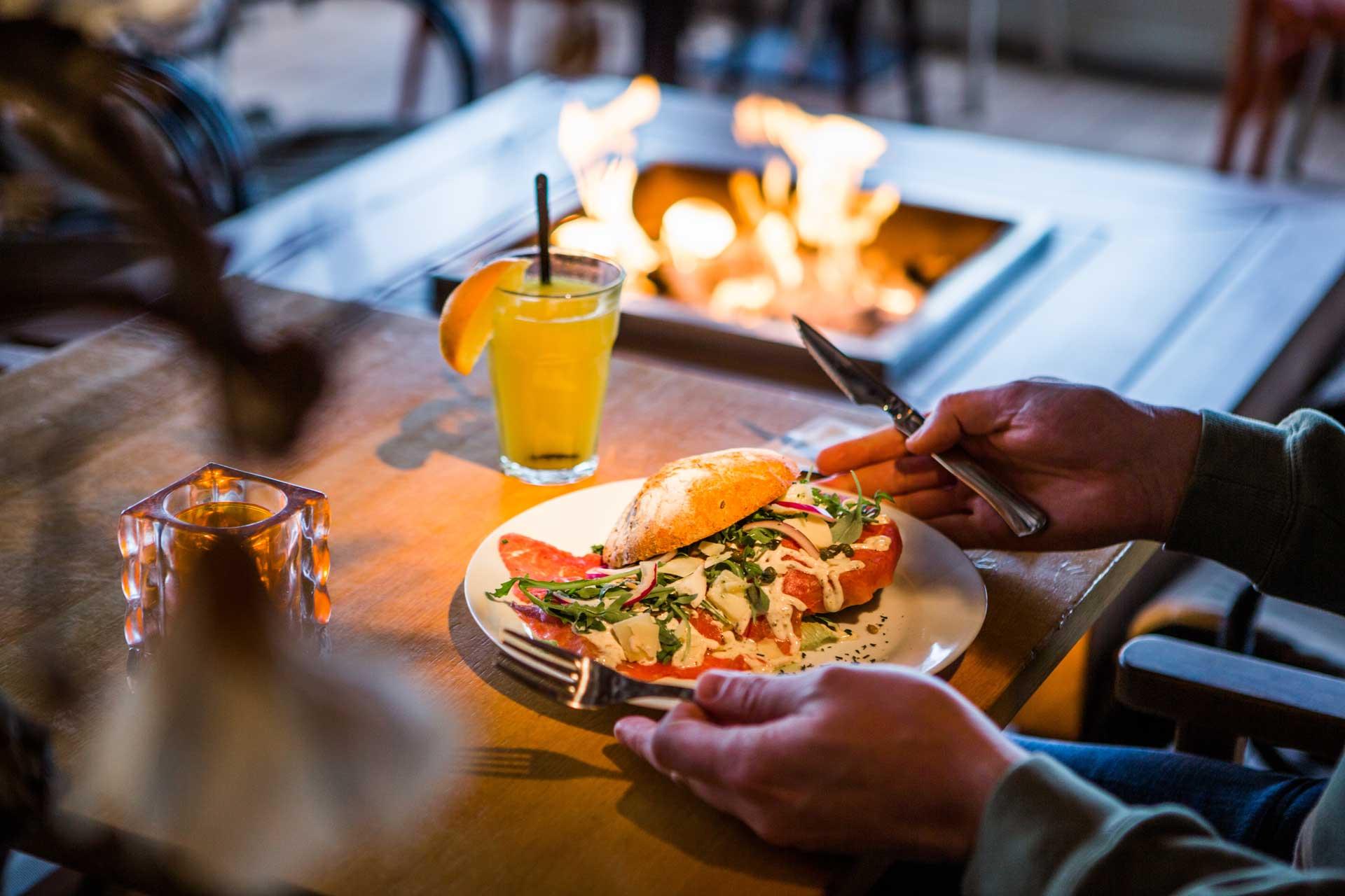 Lunchen op Scheveningen - Een lunch bij Grandcafé Binnen kent voldoende variëteit voor iedereen. Of je wilt genieten van een heerlijk broodje carpaccio, een clubsandwich zalm of een pannenkoek met appel en kaneel. Het kan allemaal.We serveren dagelijks de lunch vanaf 12:00 uur. Reserveren is niet noodzakelijk. Bent u met een groter gezelschap dan is Grandcafe Binnen ook de perfecte locatie. Ons Grandcafe is gevestigd aan de boulevard, onder het Kurhaus.We hopen u en uw gezelschap graag te mogen verwelkomen.