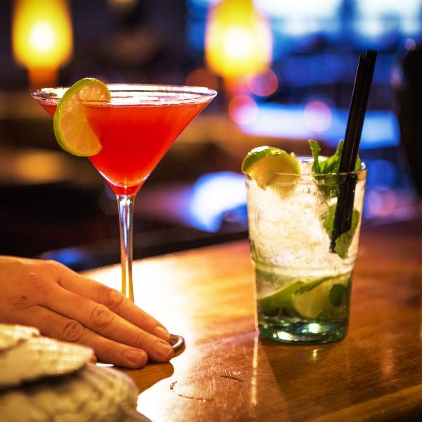 NINE O'CLOCKTAIL HAPPY HOUR BIJ BINNEN - VANAVOND VAN 21:00 tot 22:00 uur.Ook vanavond hebben we een fantastische aanbieding. Want om 21:00 uur begint de happy hour en kun je bij ons cocktails van de kaart bestellen voor maar €5,-. Bestel bijvoorbeeld de Long Island Ice tea of onze zomerspecial de El Nińo! 🌪It's NINE o'cLocktail🕘🍹 Cocktails €5,- M.u.v. feestdagen en evenementen.