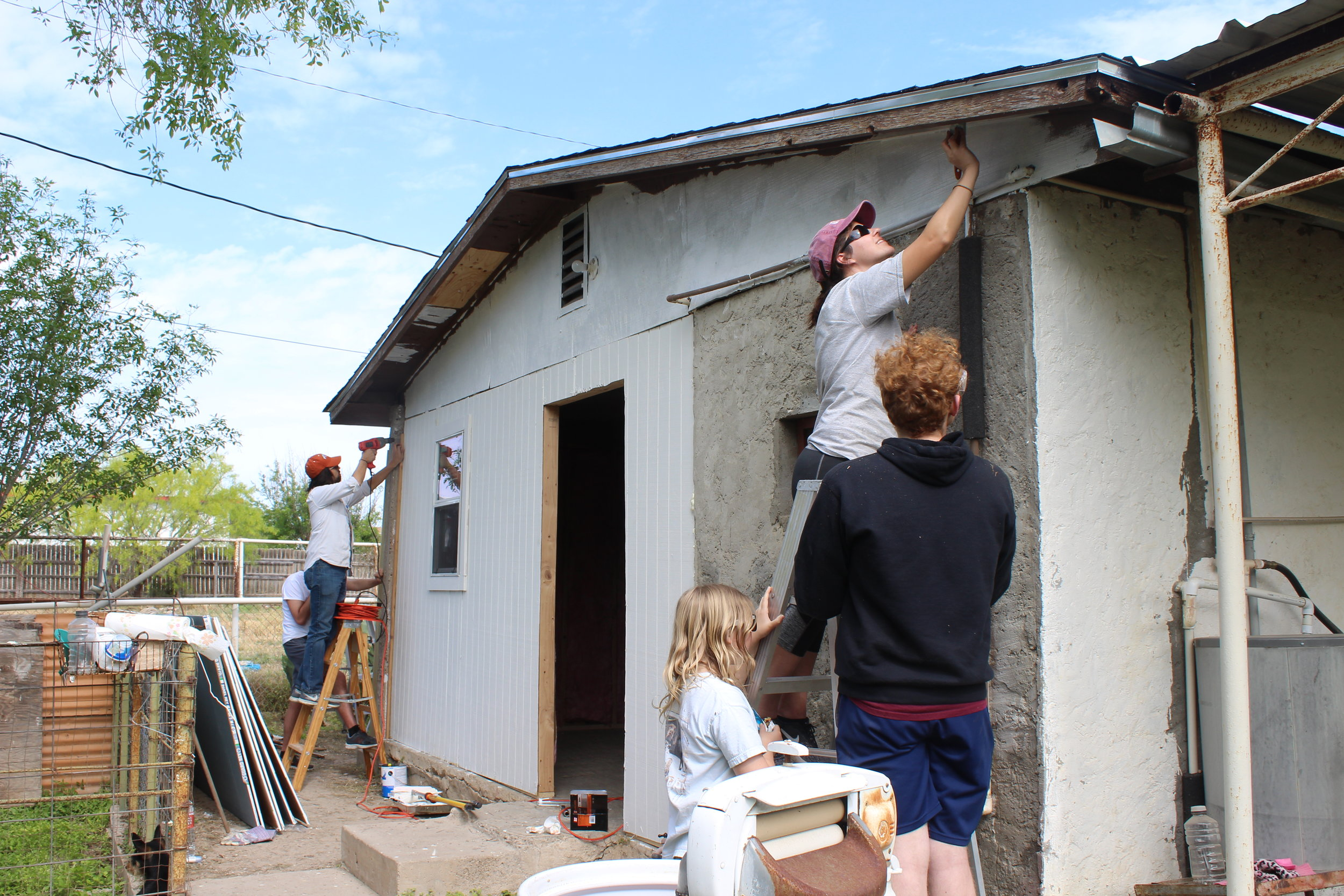 Student from the United Campus Ministry at Texas State repair a home in Eagle Pass. Photos by Consolatrice Nzoya