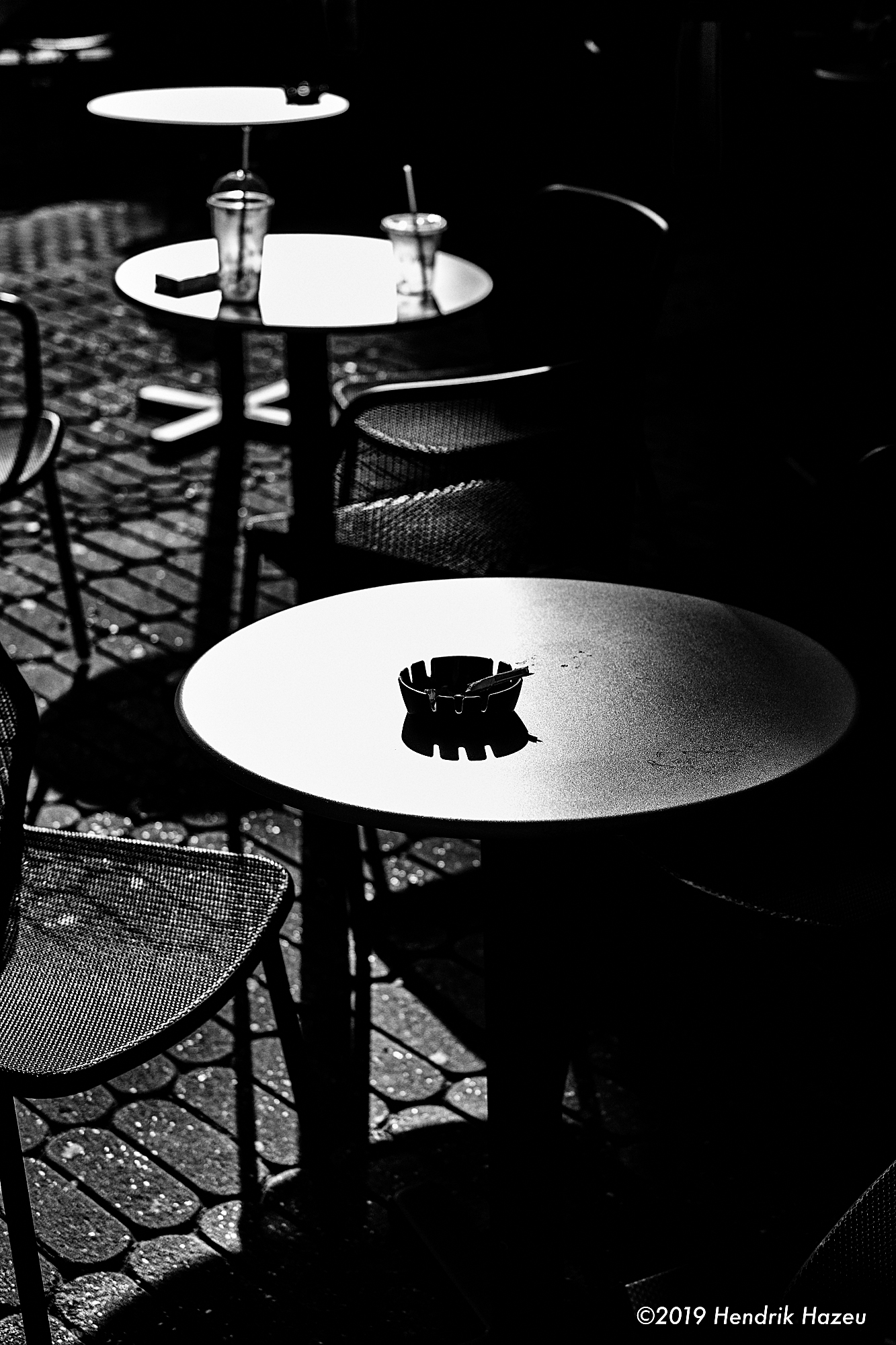3 tables in the sun, seen with X-Pro2 and XF 18mm F/2 @F/2.8, 1/1700sec, 200 ISO