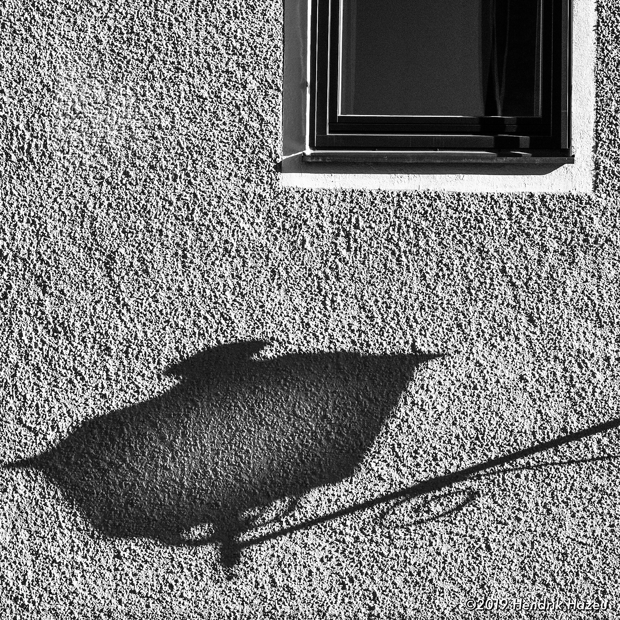 Wall with shadow of another lantern, captured on X-H1 with XF 90mm F/2 @F/8, 1/600 sec, ISO 400