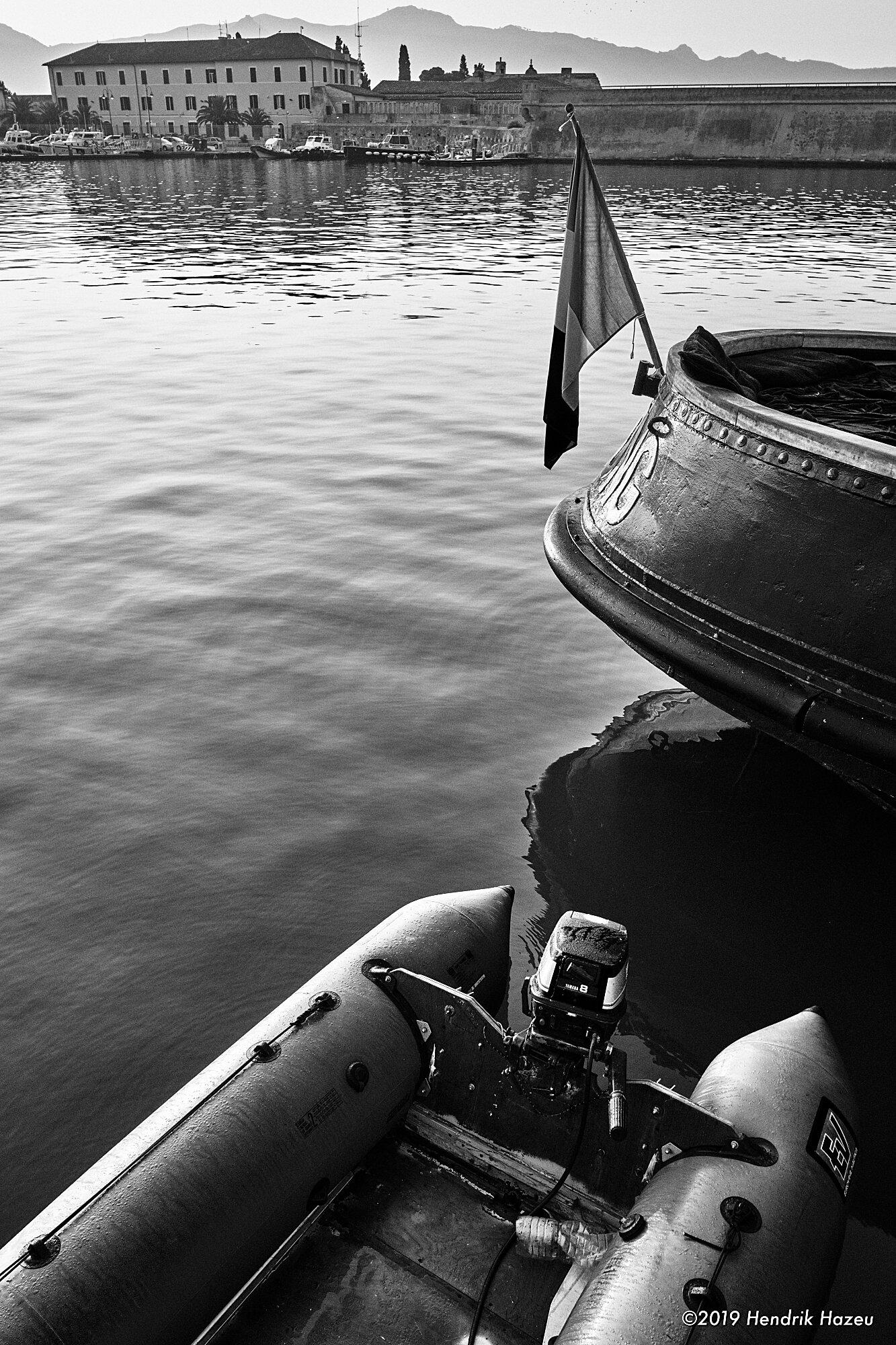 Tugboat's & dinghy's stern (= rear end ;-) … X-Pro2 & XF 18mm F/2 @F/8, 1/100 sec, ISO 200, -0.7 EV