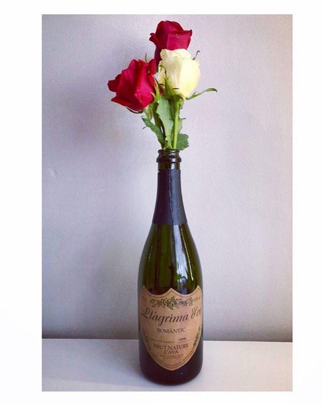 Després de Sant Jordi aprofita l'ampolla de #cavesllagrimador. Esperem que gaudissiu de la diada.🌹📚🍾🥂 . .  #llagrimador #catalunyaexperience #tradition #familytradition #wineries #winerytour #winetasting #igersoftheday #igerscatalunya #igerspenedes #igerswine #igerscava #experience #penedes #dopenedes #docava #cava #vino #wine #winelover #cavalover #champagne #ilovewine #ilovecava #cellar #bodegas #work #enoturisme #enoturismo