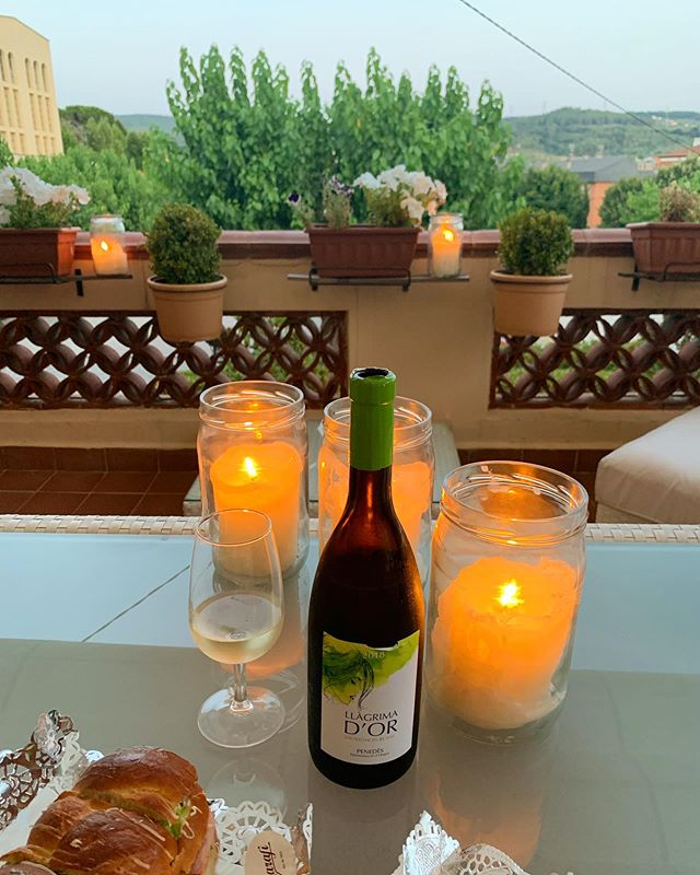 Summer nights with our Sauvignon Wine🍇🥂. . . . #home #llagrimador #catalunyaexperience #tradition #familytradition #wineries #winerytour #winetasting #igersoftheday #igerscatalunya #igerspenedes #igerswine #igerscava #experience #penedes #dopenedes #docava #cava #vino #wine #winelover #champagne #ilovewine #ilovecava #cellar #bodegas #work #enoturisme #enoturismo #summer