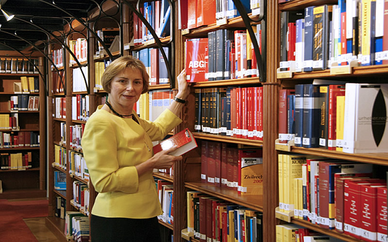 "Elisabeth Dietrich-Schulz, Director of the Austrian Parliamentary Library in Vienna, participated in the International Visitor Leadership Program (IVLP) ""American Libraries,"" June 2009."