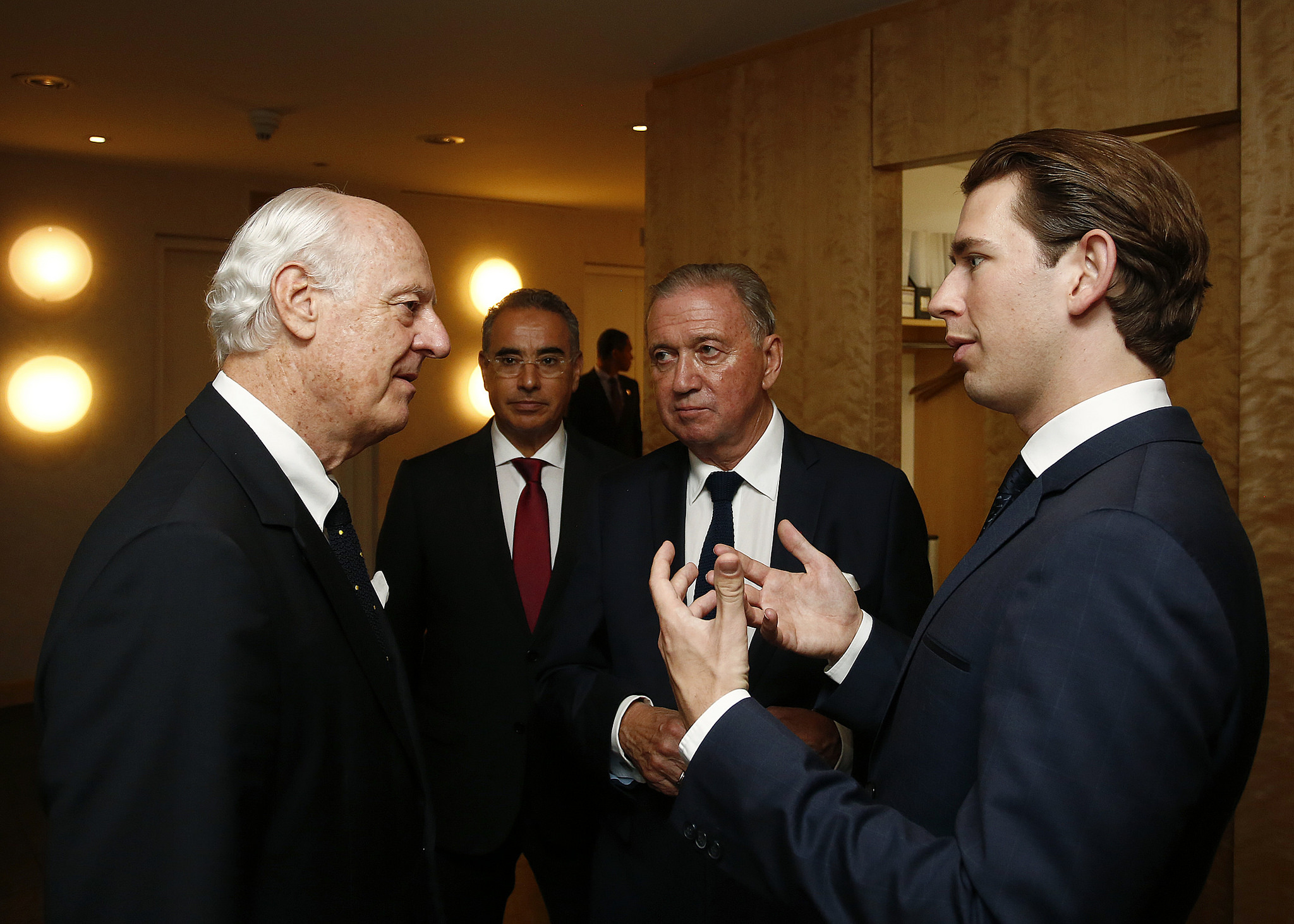 FM Kurz speaking to the UN Special Envoy for Syria, Staffan de Mistura. Photo: Dragen Tatic