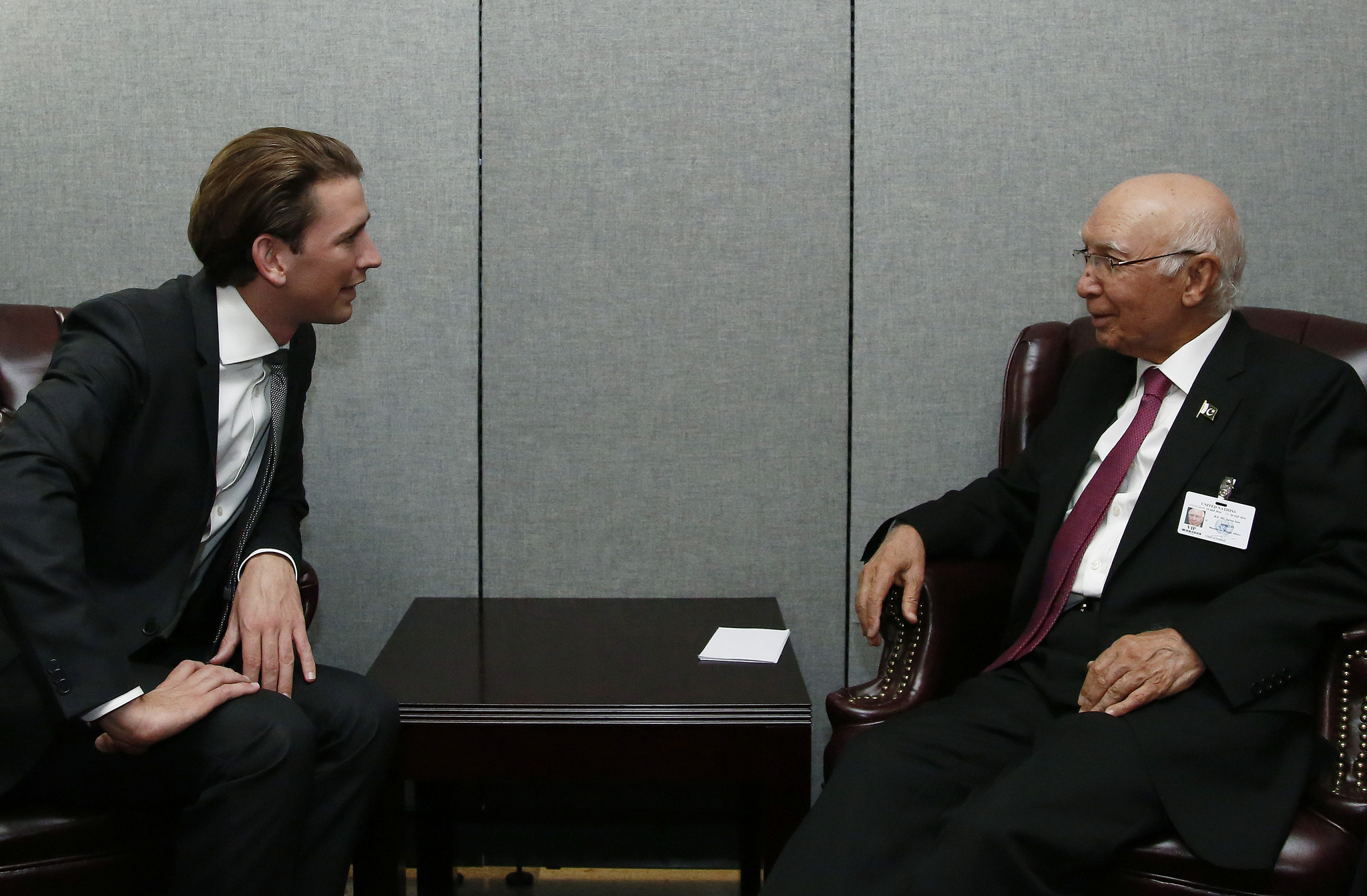 FM Kurz speaking to the foreign minister of Pakistan. Photo: Dragen Tatic