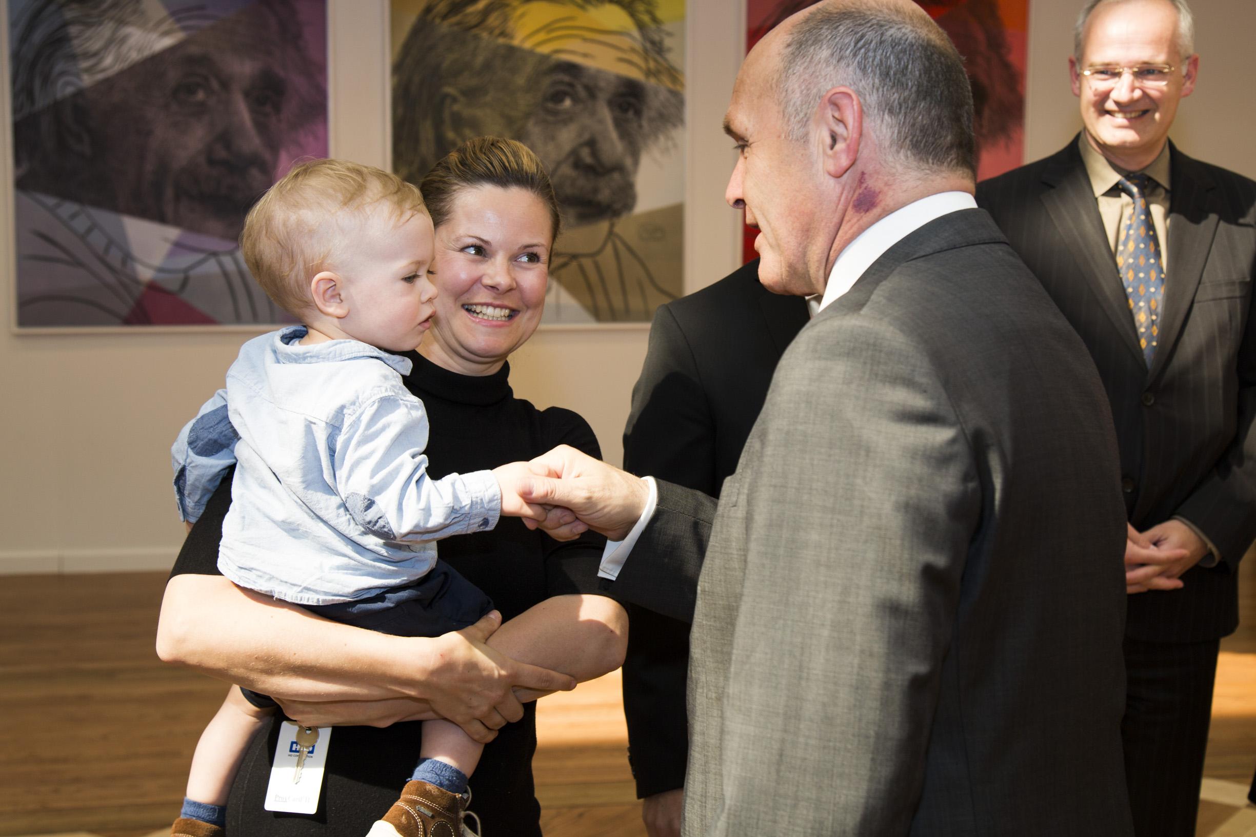 (Left): Spouse and son of artist Christoph Palaschke, Federal Minister Sobotka.  Photo: BMI/ Jürgen Makowecz