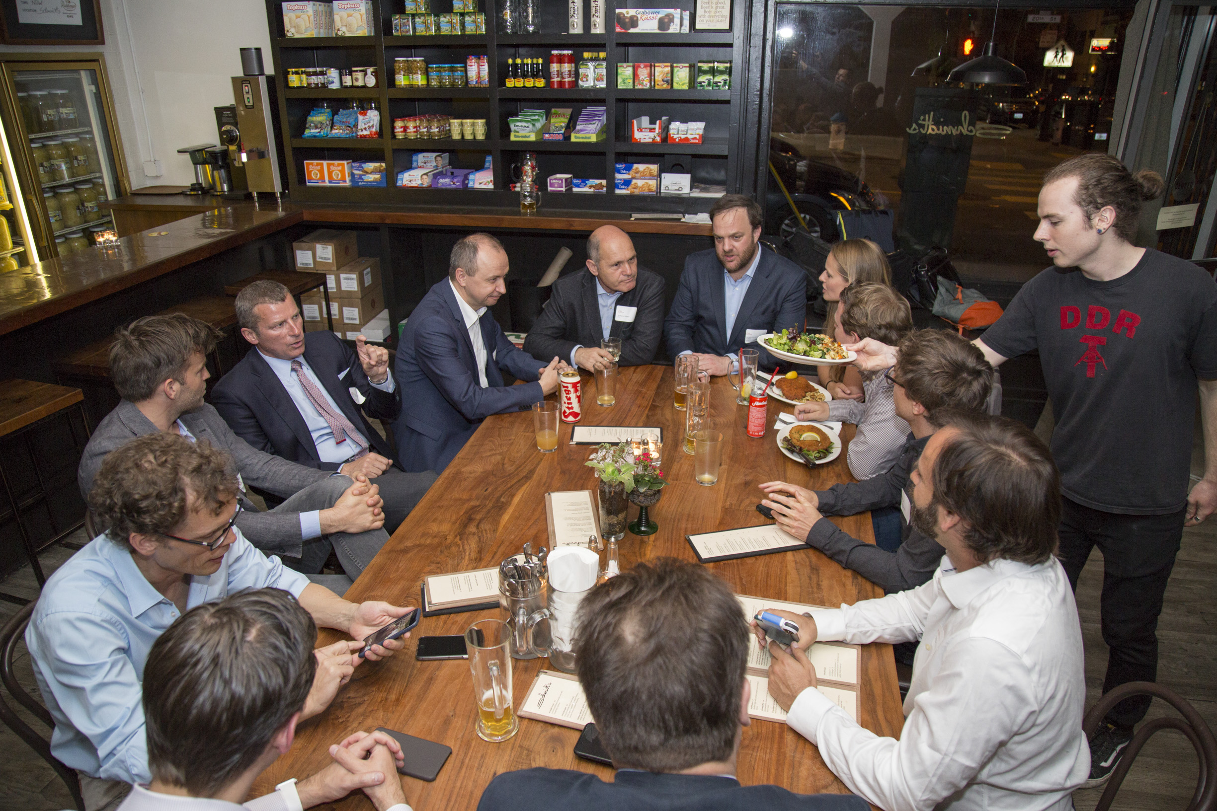 Federal Minister Wolfgang Sobotka meets with Austrian expats on the West Coast at Restaurant Schmidt's. Photo: BMI/ Jürgen Makowecz