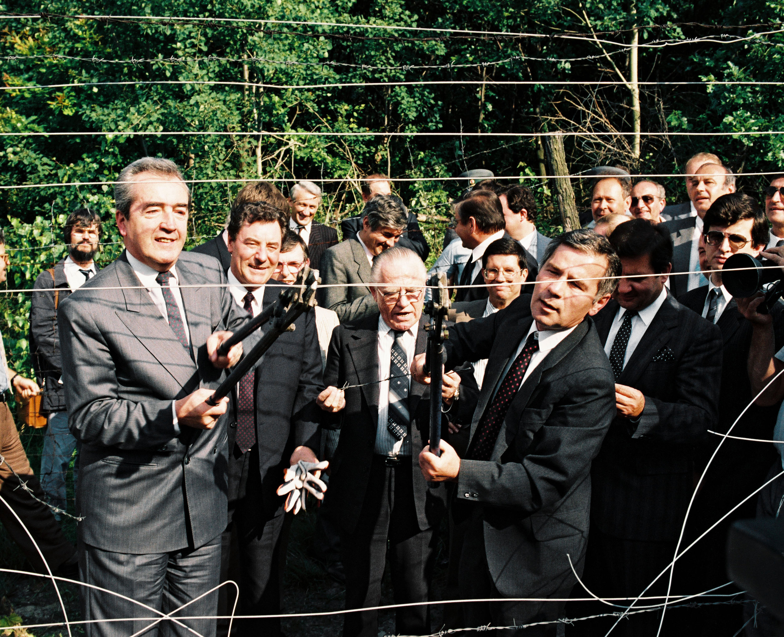 from left: Austrian Foreign Minister Alois Mock and his Hungarian counterpart Gyula Horn cut the Iron Curtain on June 27, 1989 (c) Hopi-Media