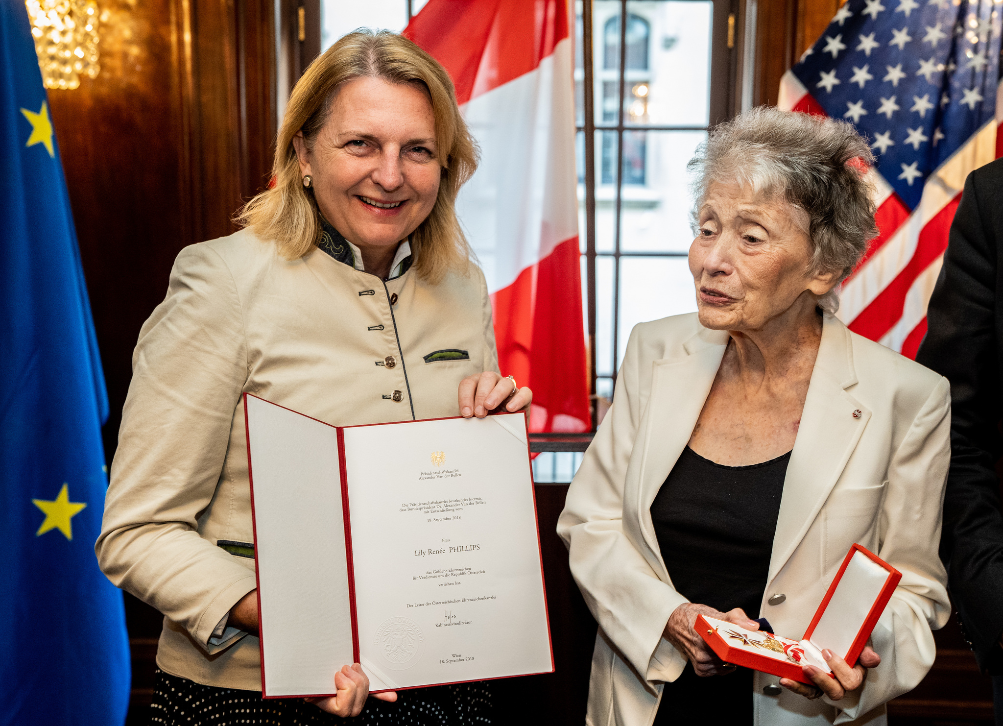 Foreign Minister Karin Kneissl handing over the Decoration of Honor in Gold for Services to the Republic of Austria to comic book author, Lily René Philipps (c) Austrian Ministry of Foreign Affairs