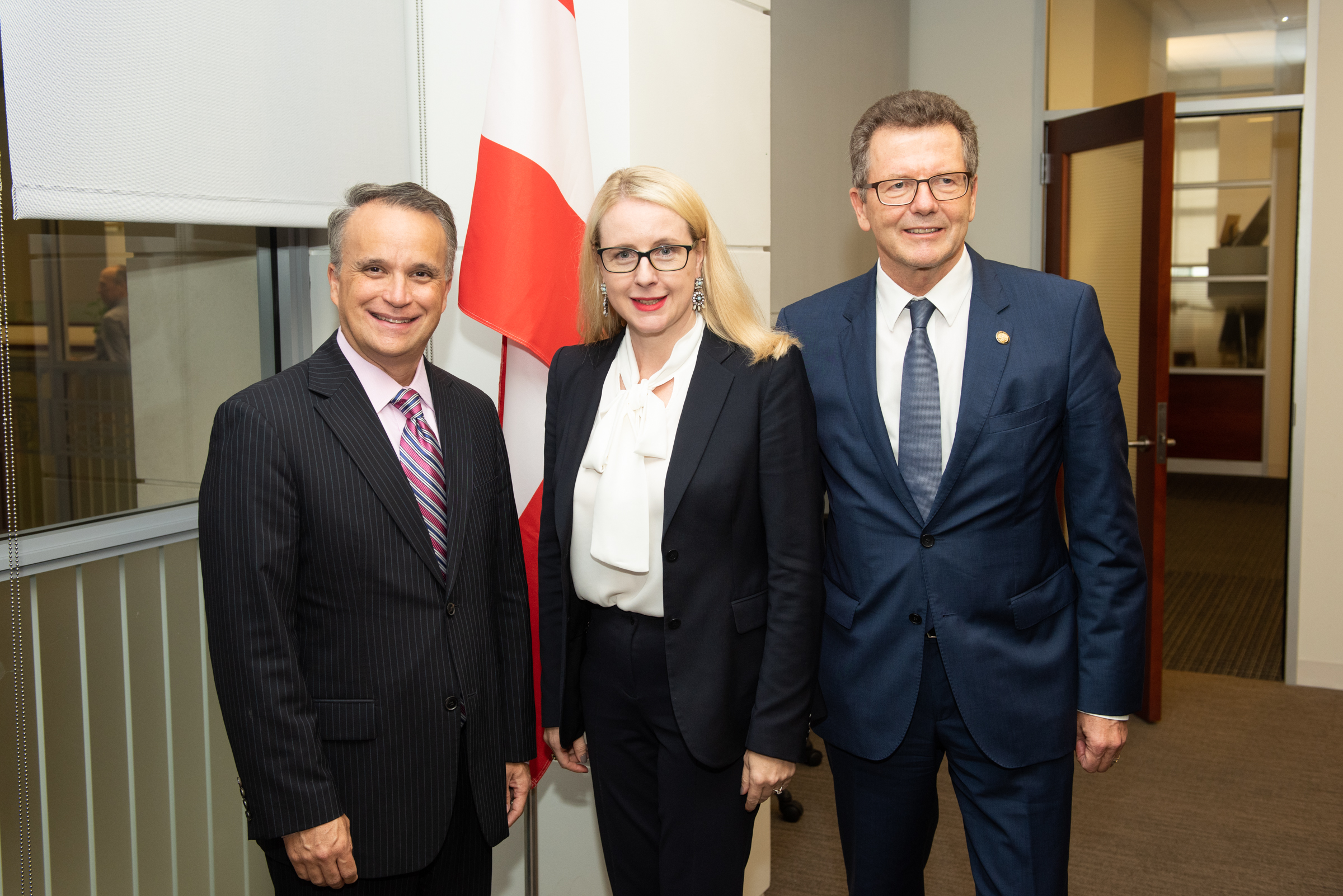Minister Schramböck and Austrian Ambassador Waldner (right) together with the Vice President for Governmental and Regulatory Affairs at the IBM HQ Chris Padilla (c) Philipp Hartberger