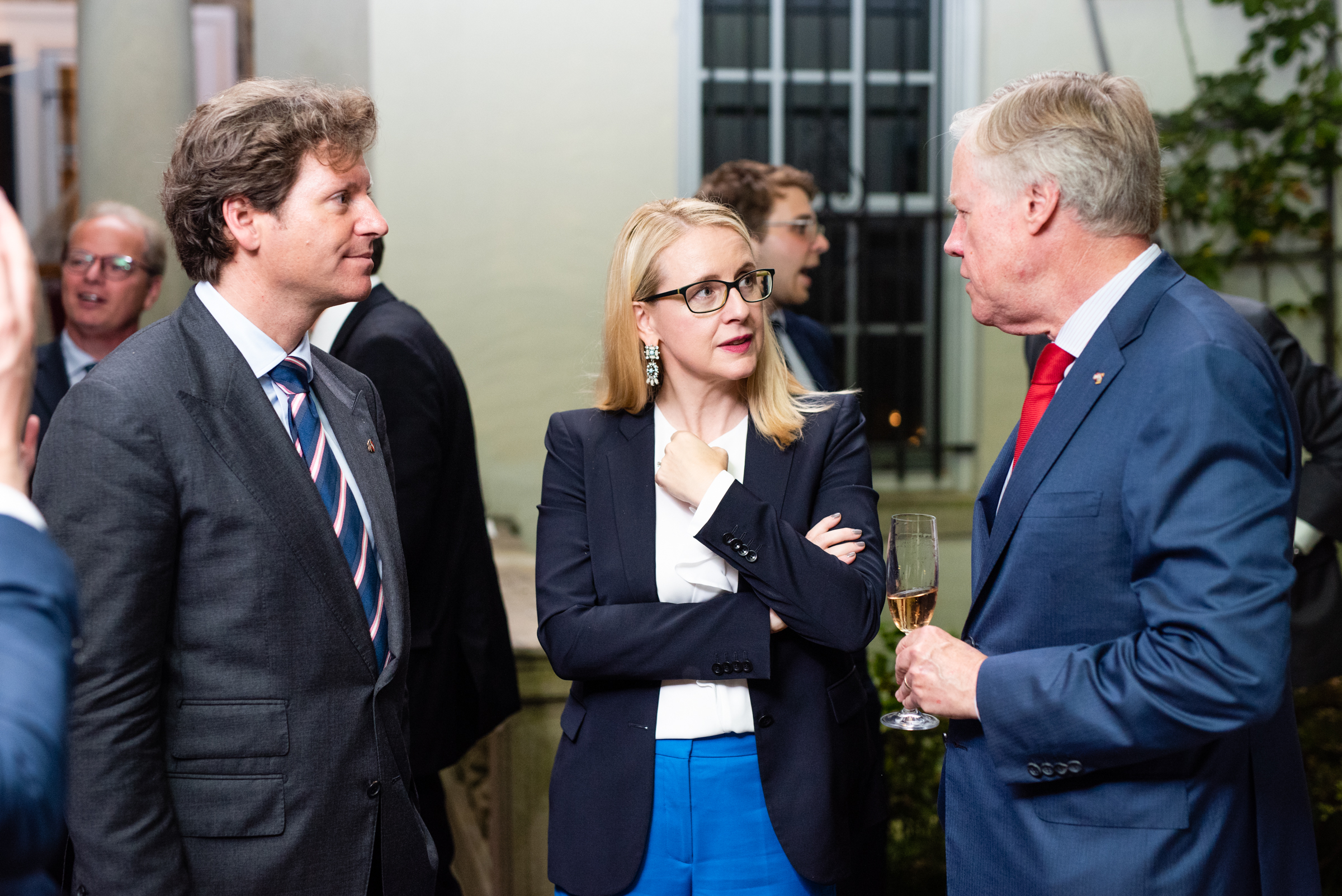 Current U.S. Ambassador to Austria Traina, Minister Schramböck, and former U.S. Ambassador to Austria William Eacho among other international guests at the Ambassador's residence (c) Philipp Hartberger