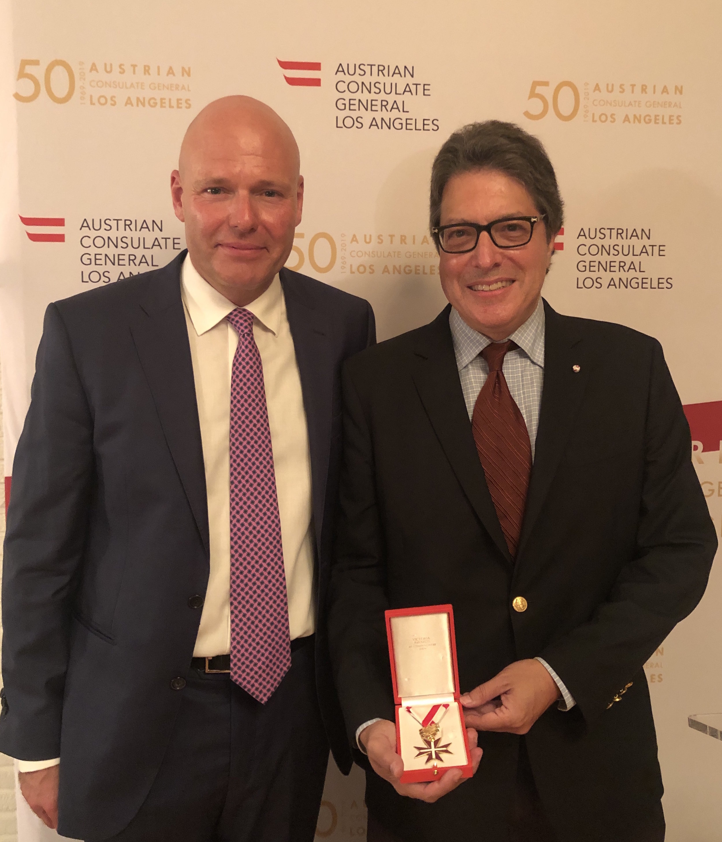 from left: Austrian Consul General Andreas Launer with Beverly Hills Mayor John Mirisch (c) Austrian Consulate General Los Angeles