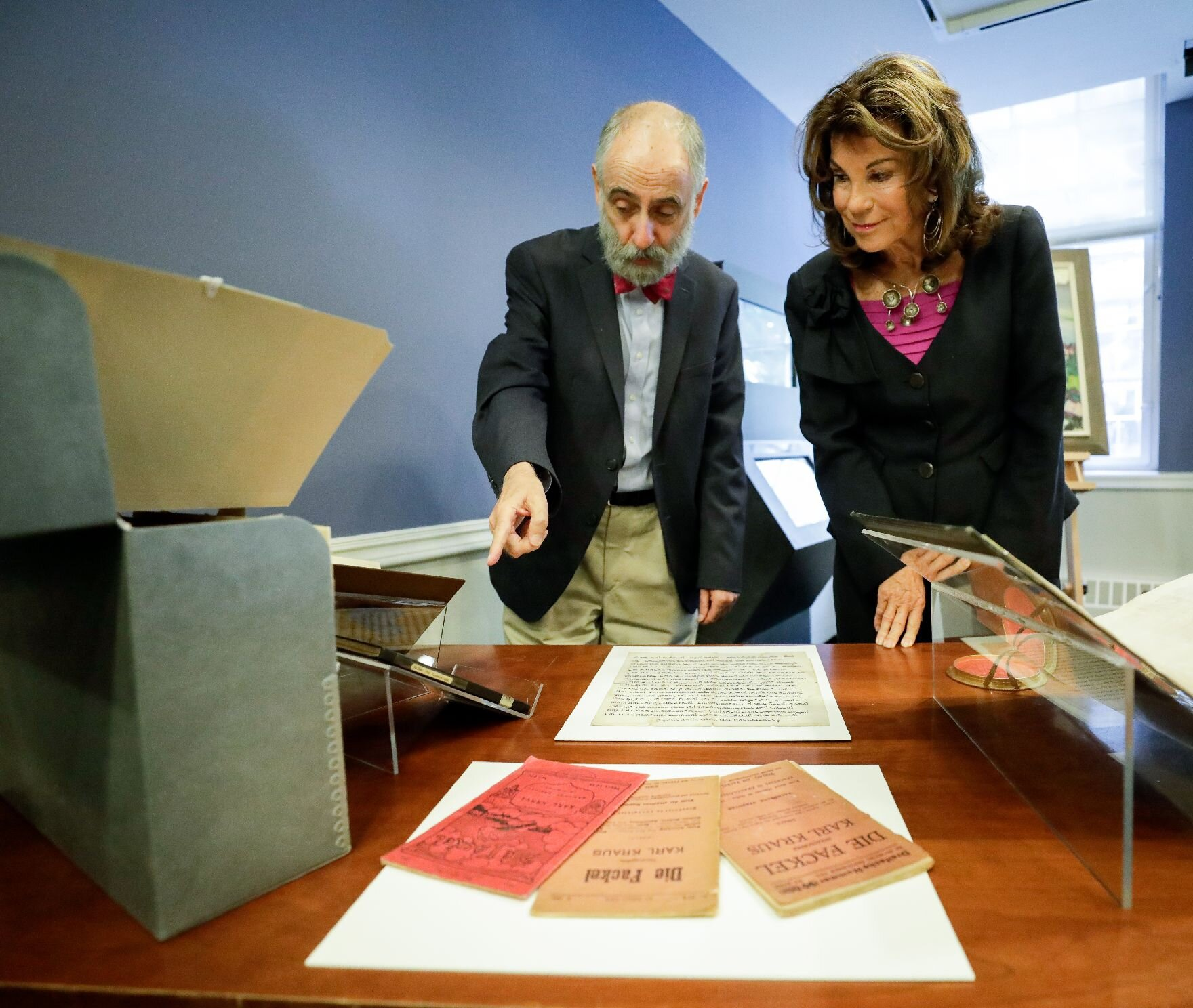 Federal Chancellor Brigitte Bierlein visits the Leo Baeck Institute for the Study of German-Jewish History and Culture.   Photo: Austrian Federal Chancellery/ Andy Wenzel