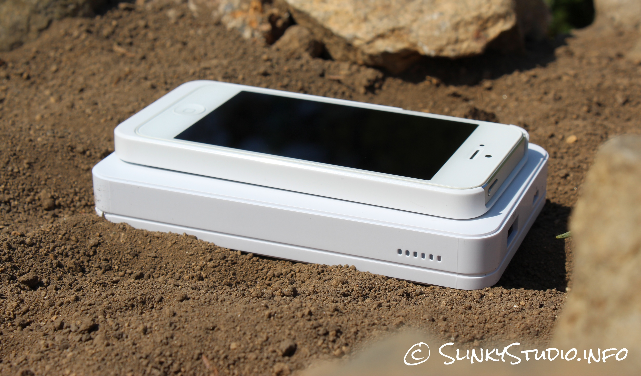 Xtorm Wireless Power Bank Side View Charging iPhone 5