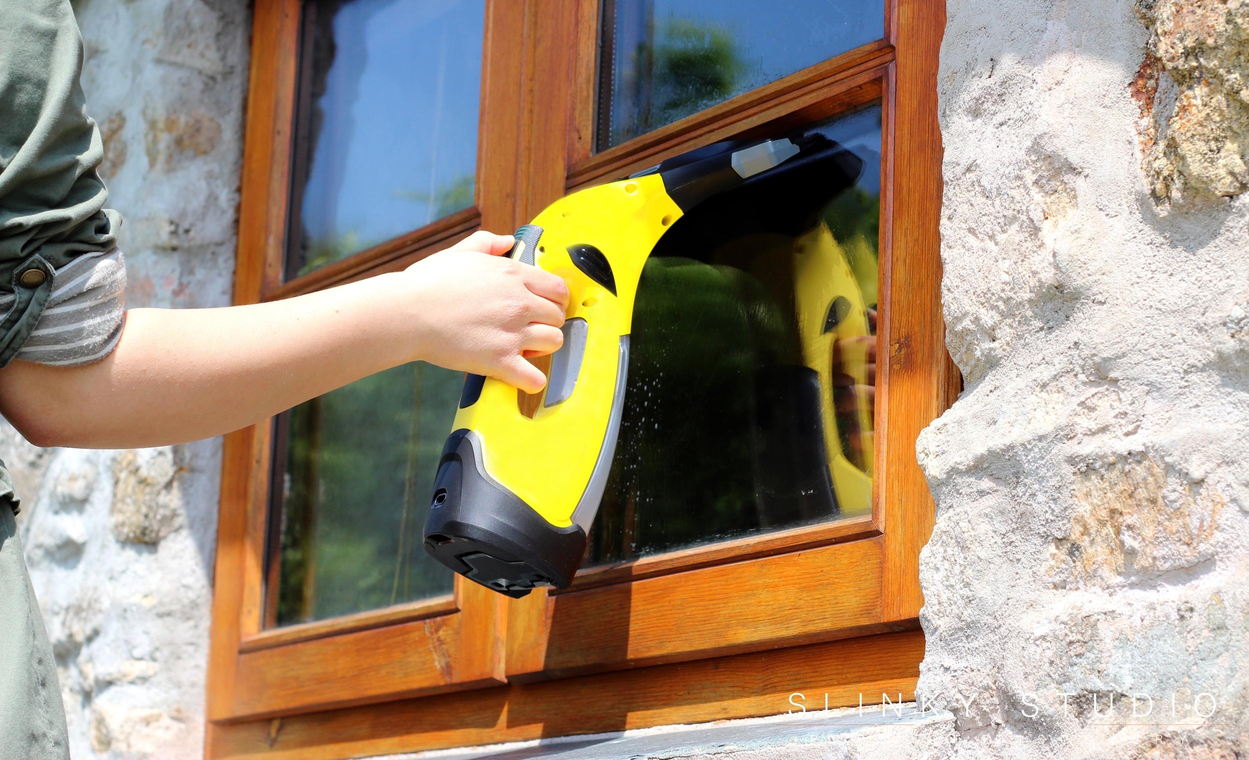 Kärcher WV5 Premium Window Vac Vacuuming Water off Window.jpg