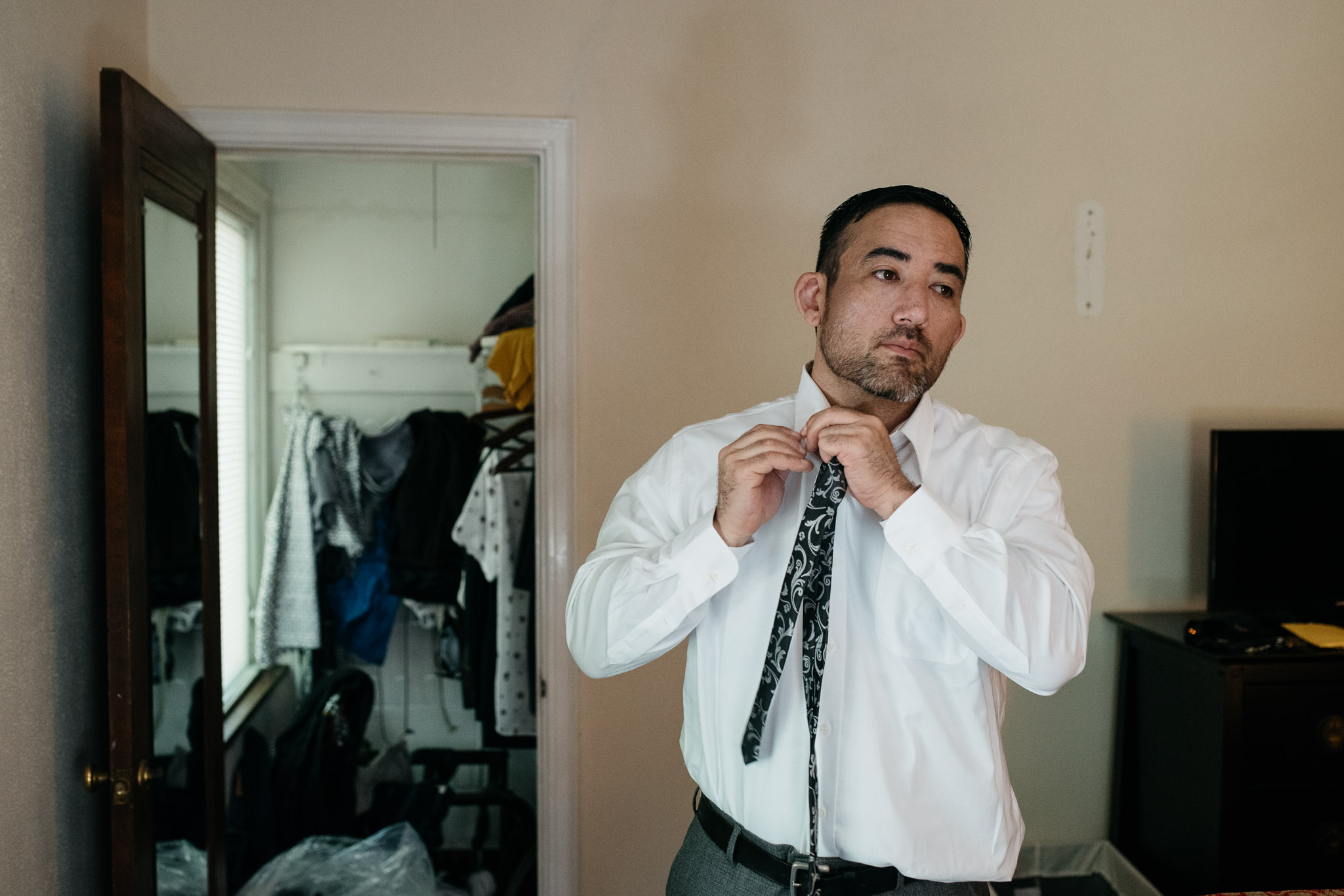 <alt> groom getting ready Pittsburgh Wedding Photographer Mariah Fisher Photography <:alt>.jpg