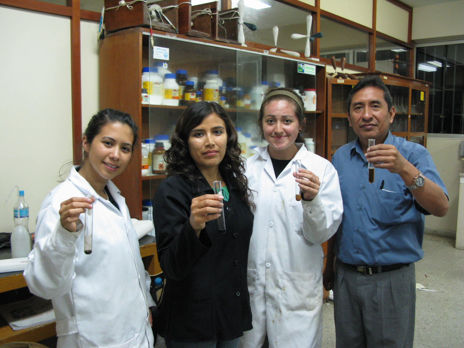 Summer2008 - MHIRT students working in the lab under the guidance of Dr. Fredy Pérez (right). Photo by John Effio.