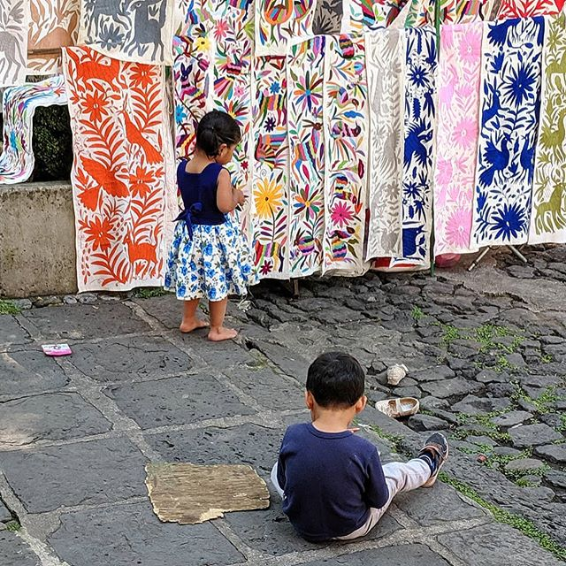 Kids being kids at the Saturday market in Mexico City ☯️