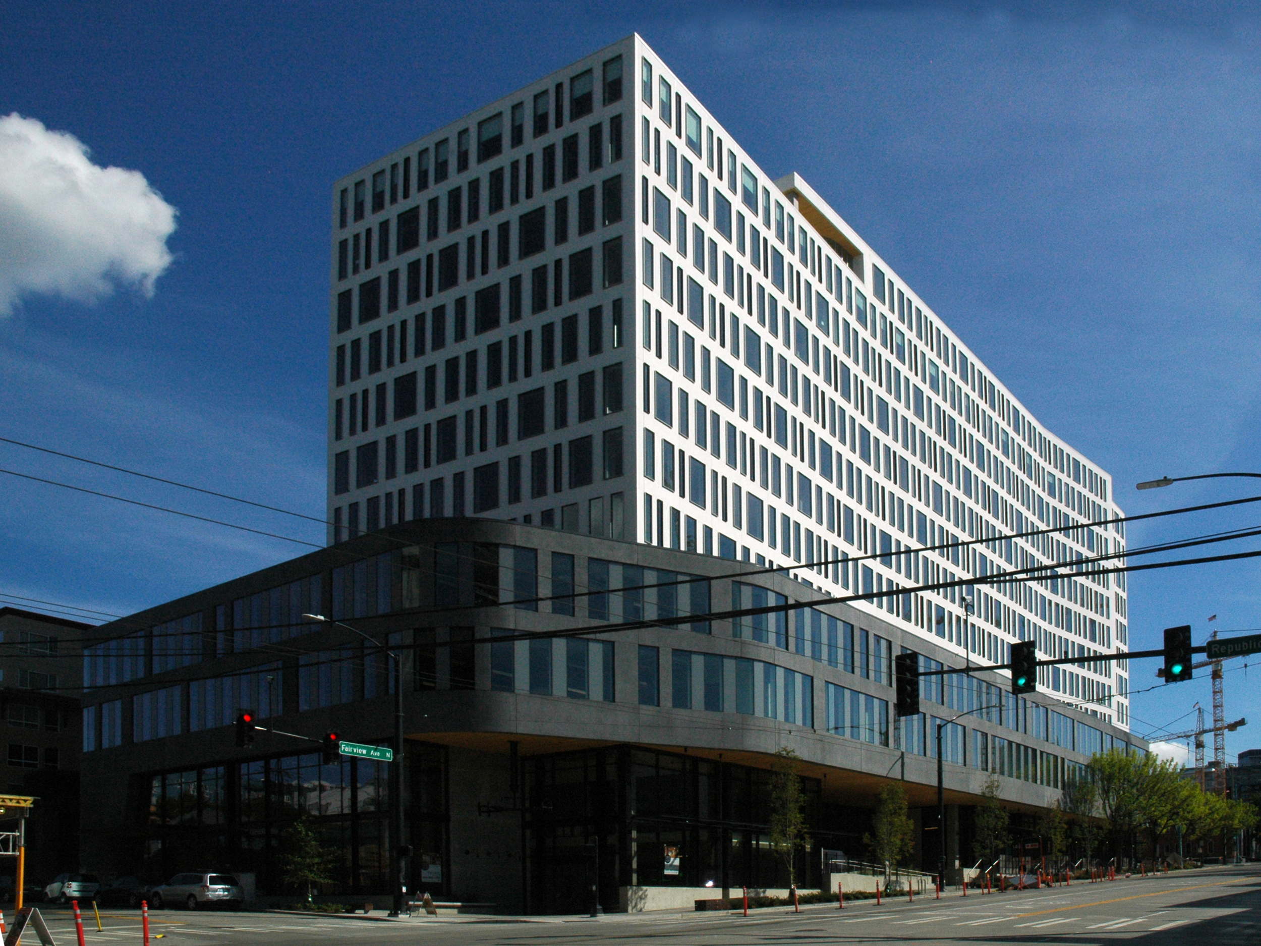 This high-rise tower consists of approximately 340k sf of office in the South Lake Union neighborhood with a ground floor market hall that connects the ground level to the surrounding neighborhood.Light wells are carved out of the lower five floors bringing light into the ground floor retail common areas. Large hydraulic doors bring the outside in at grade and a mid-block connecting stair provides additional flow through the building.