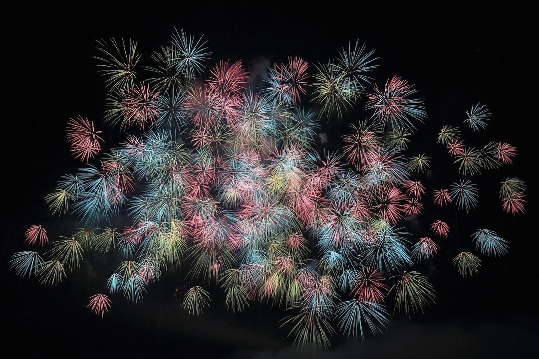 Many fireworks bursting