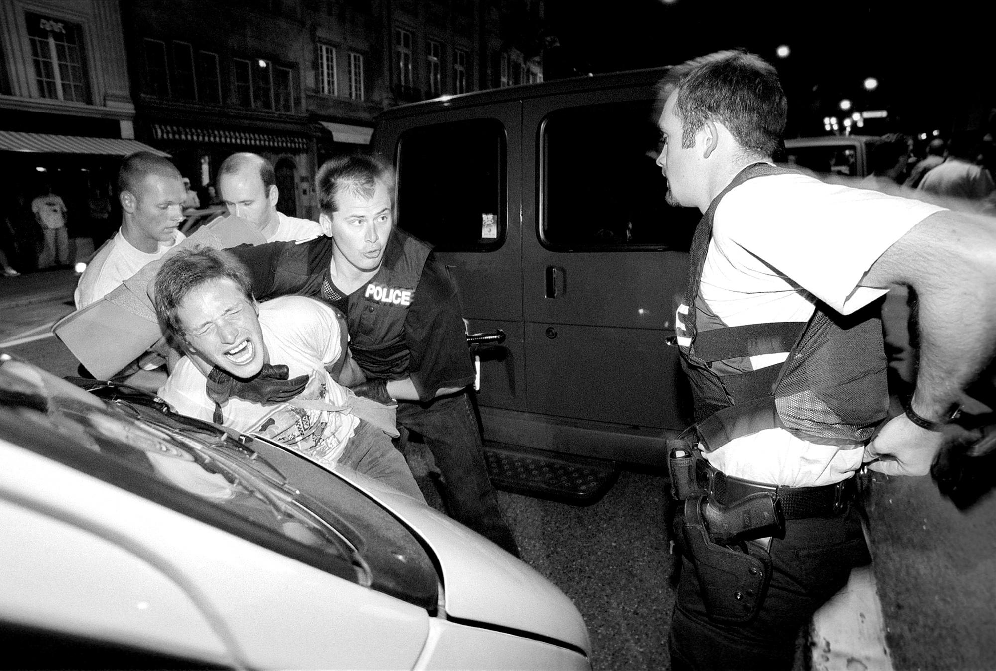La police a interpelé un petit groupe de manifestants s'opposants à l'expultion des sans-papiers de St-Paul.Au départ, il ne s'agissait que d'un contrôle d'identité. Trois voitures de police et trois banalisées, il est très rare de voir une telle intervention policière à Fribourg.Fribourg, le 24 août 2001.