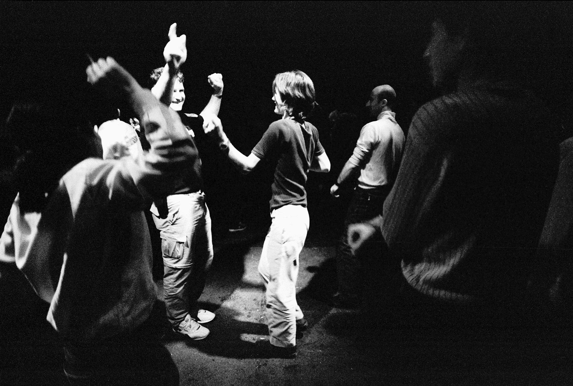 Les sans-papiers ont organisé une soirée à Fri-son (le mythique club alternatif de Fribourg). Suite à une situation qui devient de plus en plus difficile, la tension est palpable, faire la fête aide à évacuer le stress.Fribourg, le 9 octobre 2001.