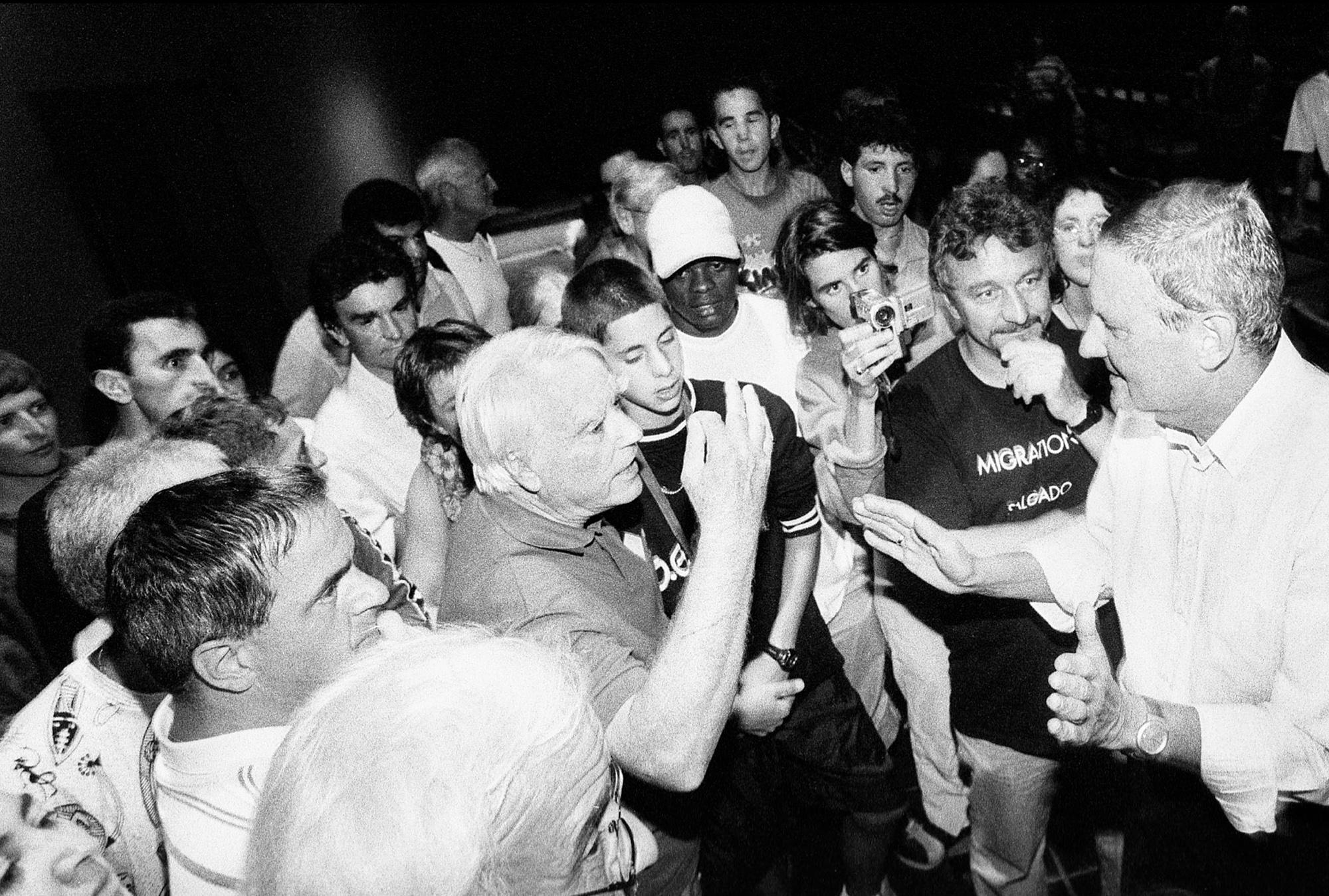 Le préfet Nicolas Deiss (à droite) a appris par le radio que les sans-papiers déménagaient dans l'église (à la veille de l'ultimatum qu'il avait fixé au sans-papiers pour quitter les lieux). Il vient constater le fait en personne accompagné de quelques policiers.Fribourg, le 19 août 2001.