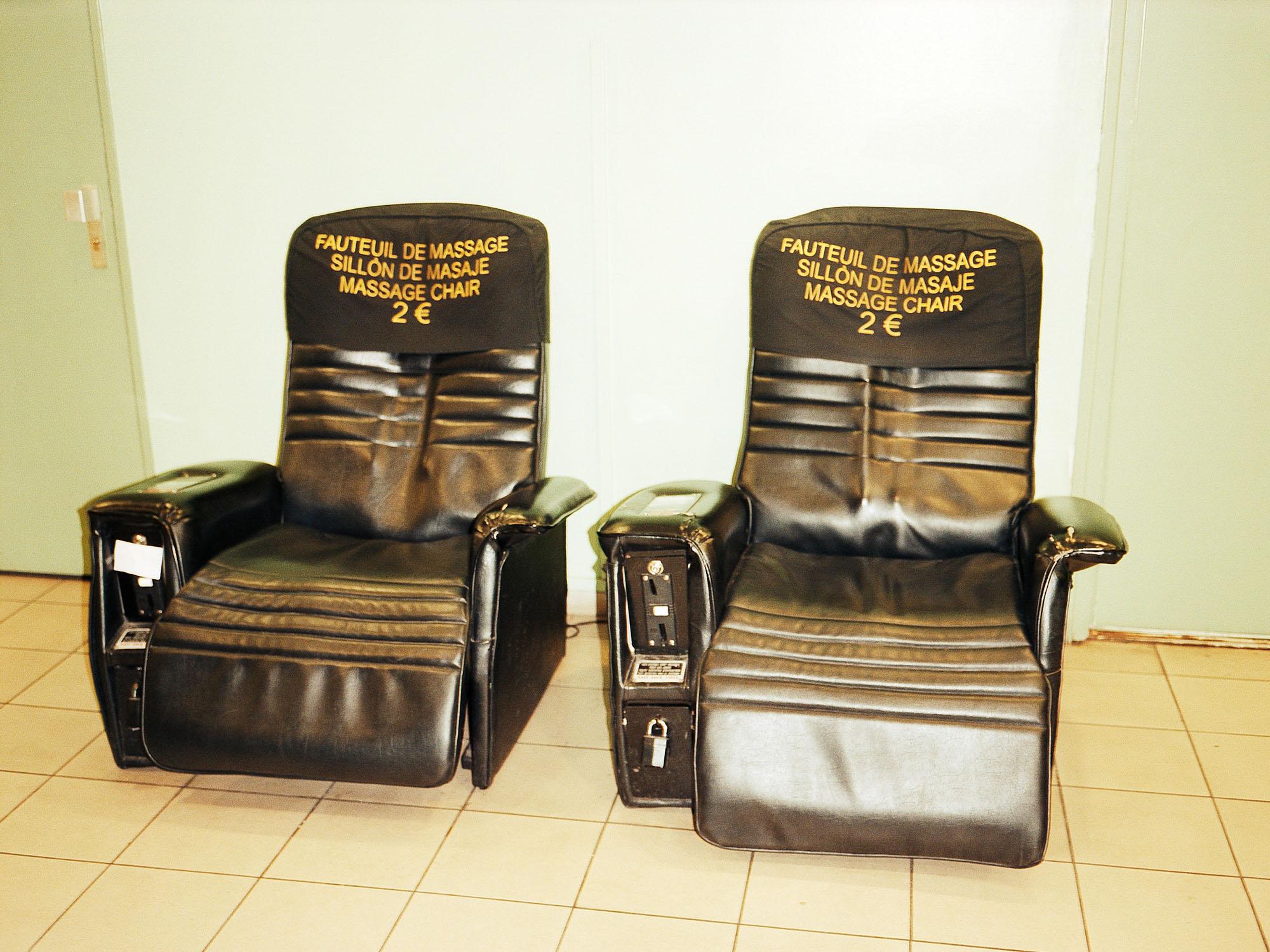 """Extrait de la série """"du goudron"""". Fauteils de massage dans une aire de repos sur une autoroute en France. 2 euros. Pierre-Yves Massot / realeyes.ch"""