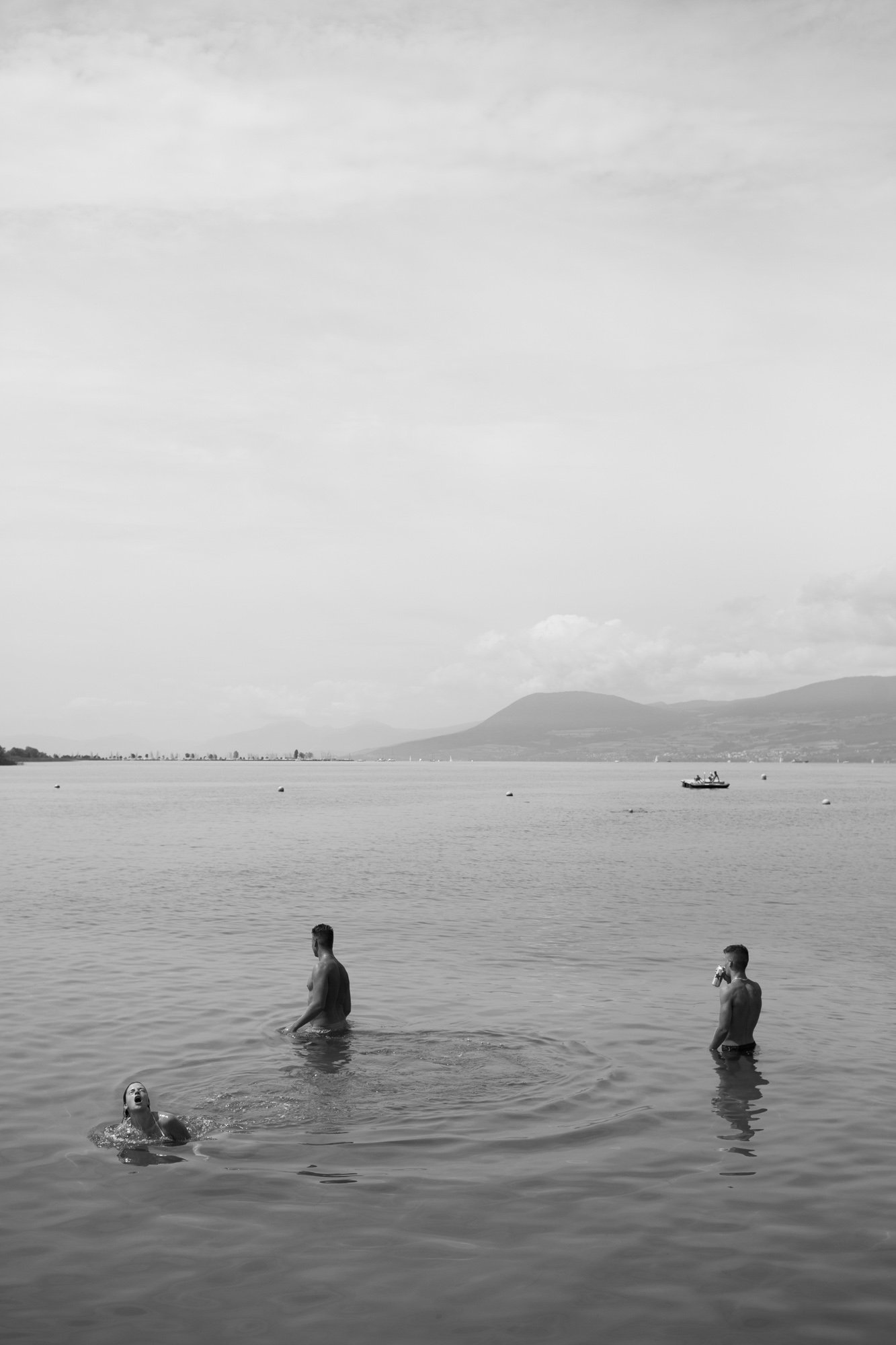 Série de photographies rtéalisées pour le Nouveau Monde, espace culturel à Fribourg en Suisse. Des baigneurs dans le lac de Neuchâtel.