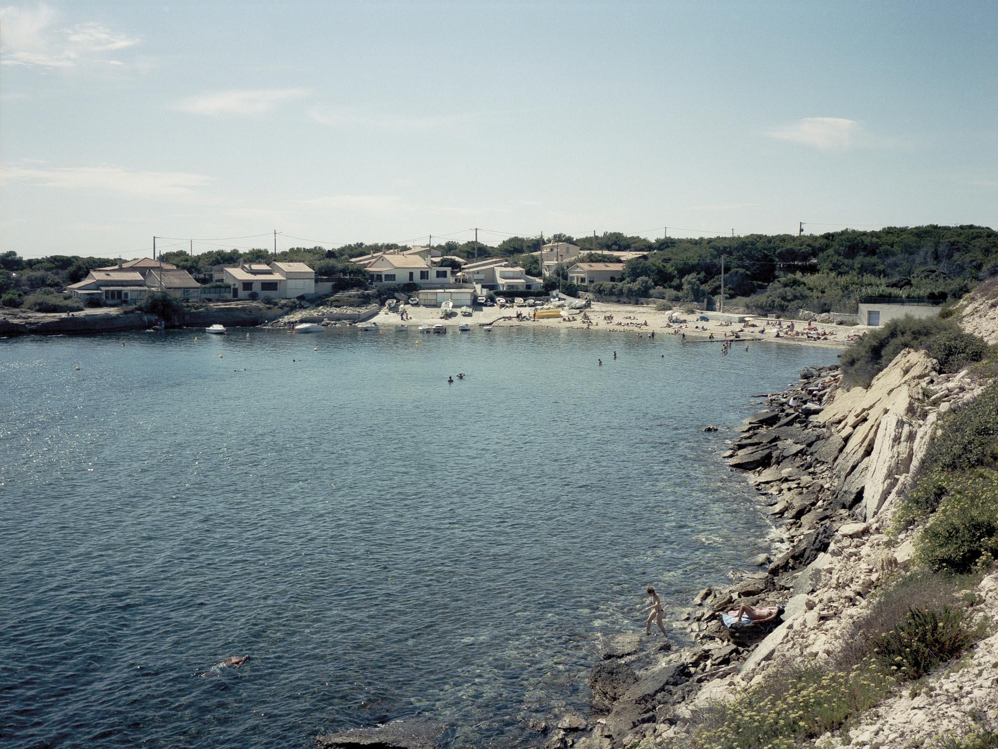 """Une plage à La Couronne, extrait de la série de photographies  """"lou souleou mi fa canta"""" de Pierre-Yves Massot"""