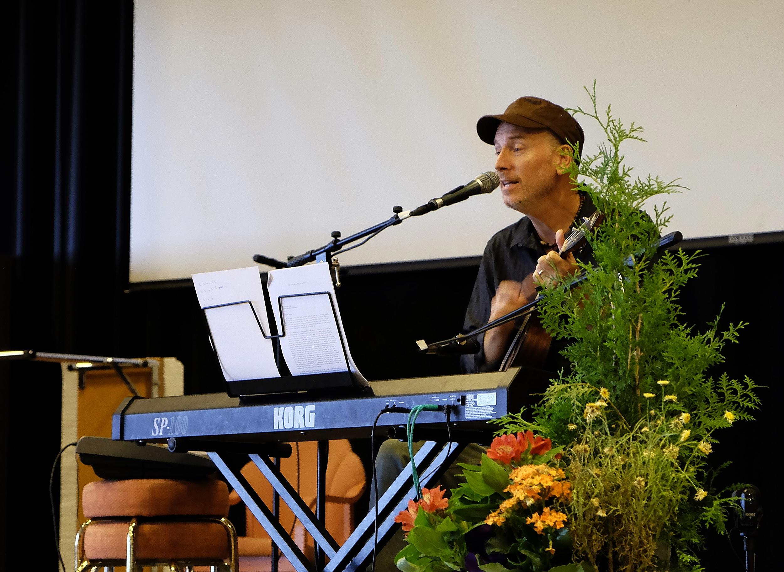 KC Porter synger og spiller ukulele.