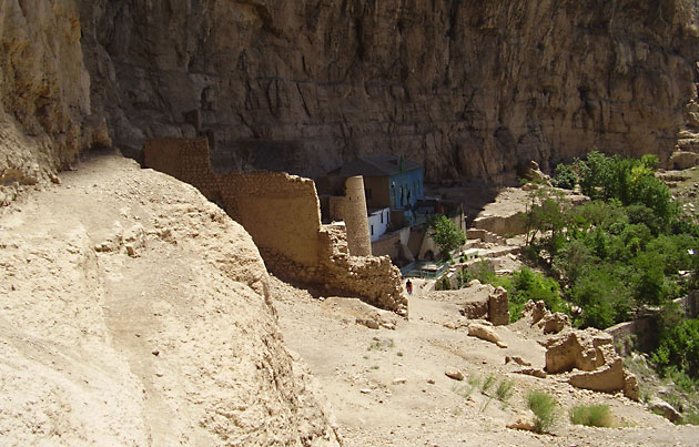 Ruiner etter fjellfestniningen Mah-Ku der Báb var fengslet.