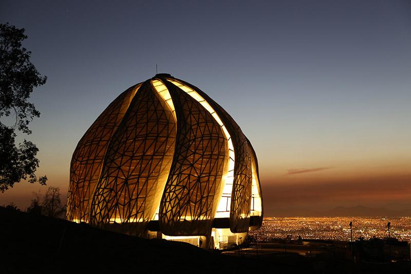 """LYS-TEMPEL: Tempelet ved foten av Andesfjellene med fantastisk utsikt mot Santiago. Arkitekt Hariri Pontarini, Canada, har beskrevet tempelet som """"et lysets tempel som uttrykker en tro for inkludering""""."""