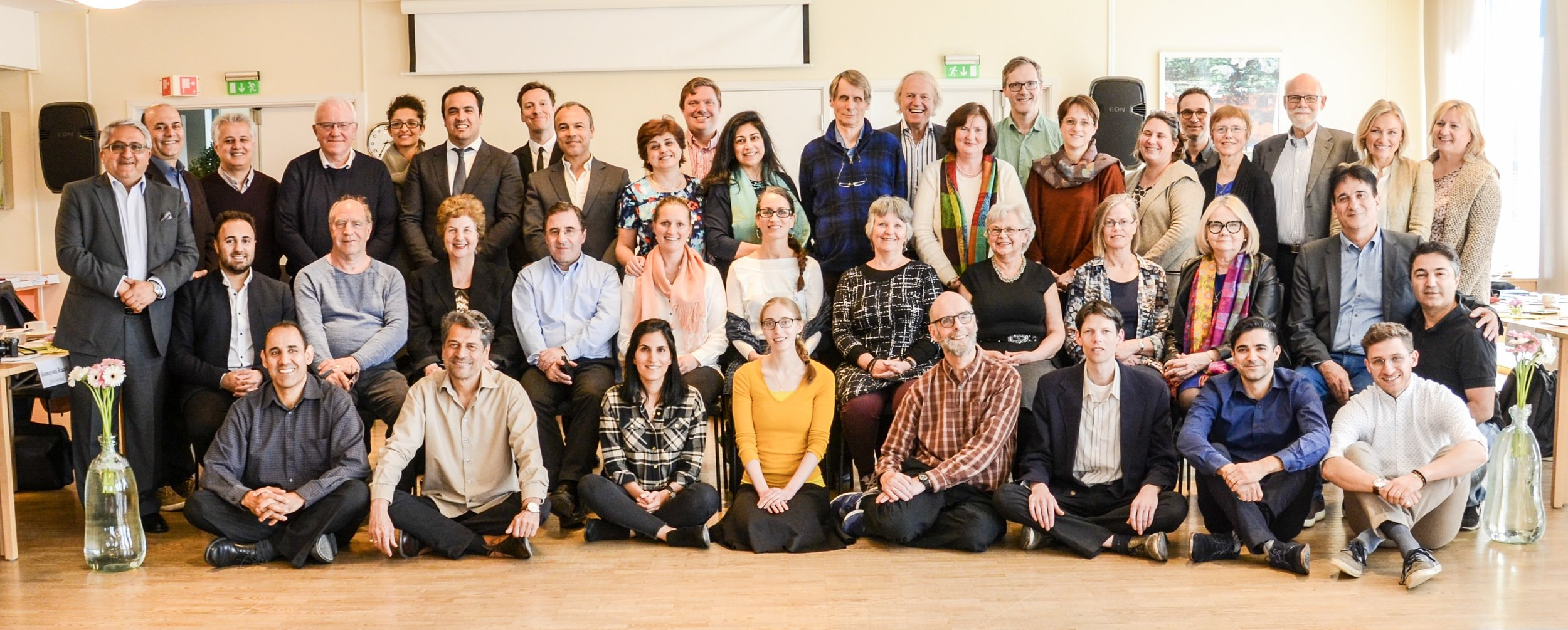 ÅRSMØTE-DELTAGERE: 35 av de 38 delegatene til årsmøtet, medlemmer av Nasjonalt Åndelig Råd, europeisk rådgiver Sabà Mazza (nr. 6 stående f.v.) og hjelperådsmedlemmene Kitt Sandvik, (nr. 2 stående f.h.) Kehler Moghen (nr. 5 stående f.v.) og Shoja Fallah (nr. 3 stående f.v.).