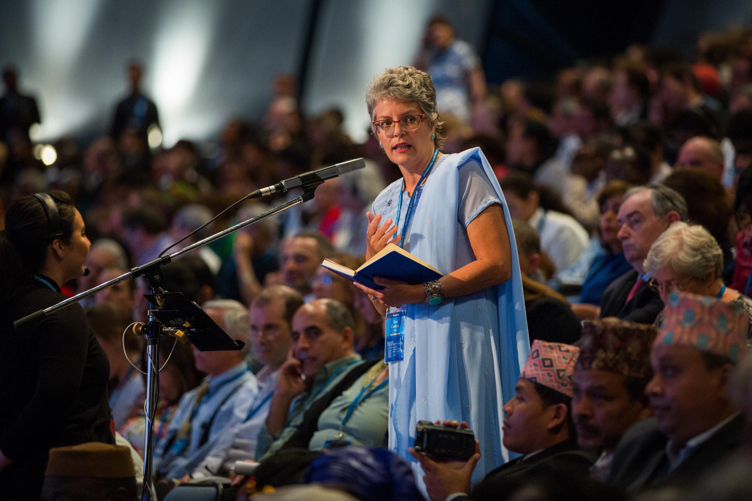 En delegat fra Brasil bidrar til rådslagningen. Foto: bahai.org
