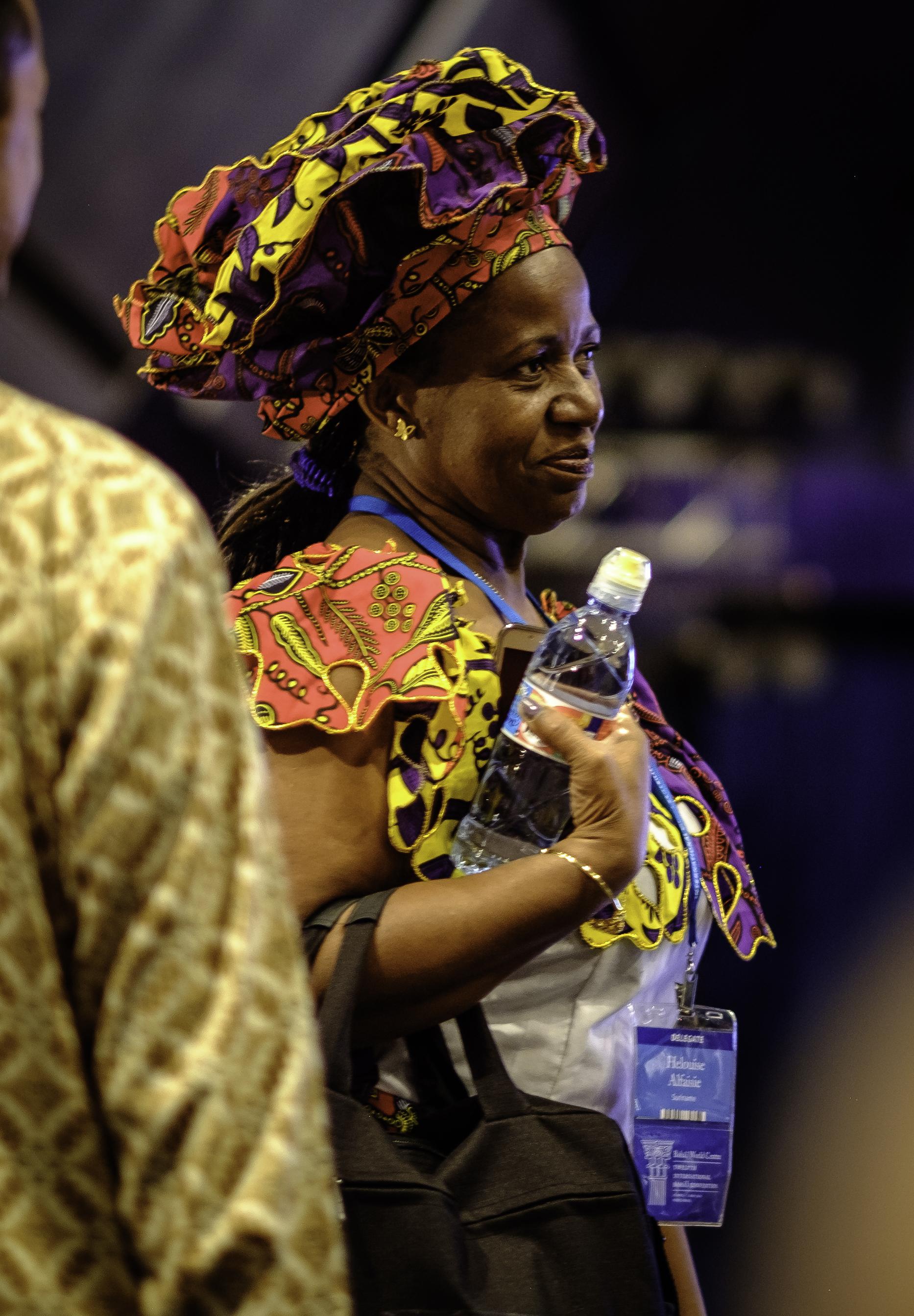 Delegater på vei til plassene sine i auditoriet. Foto: Nasjonalt Åndelig Råd.