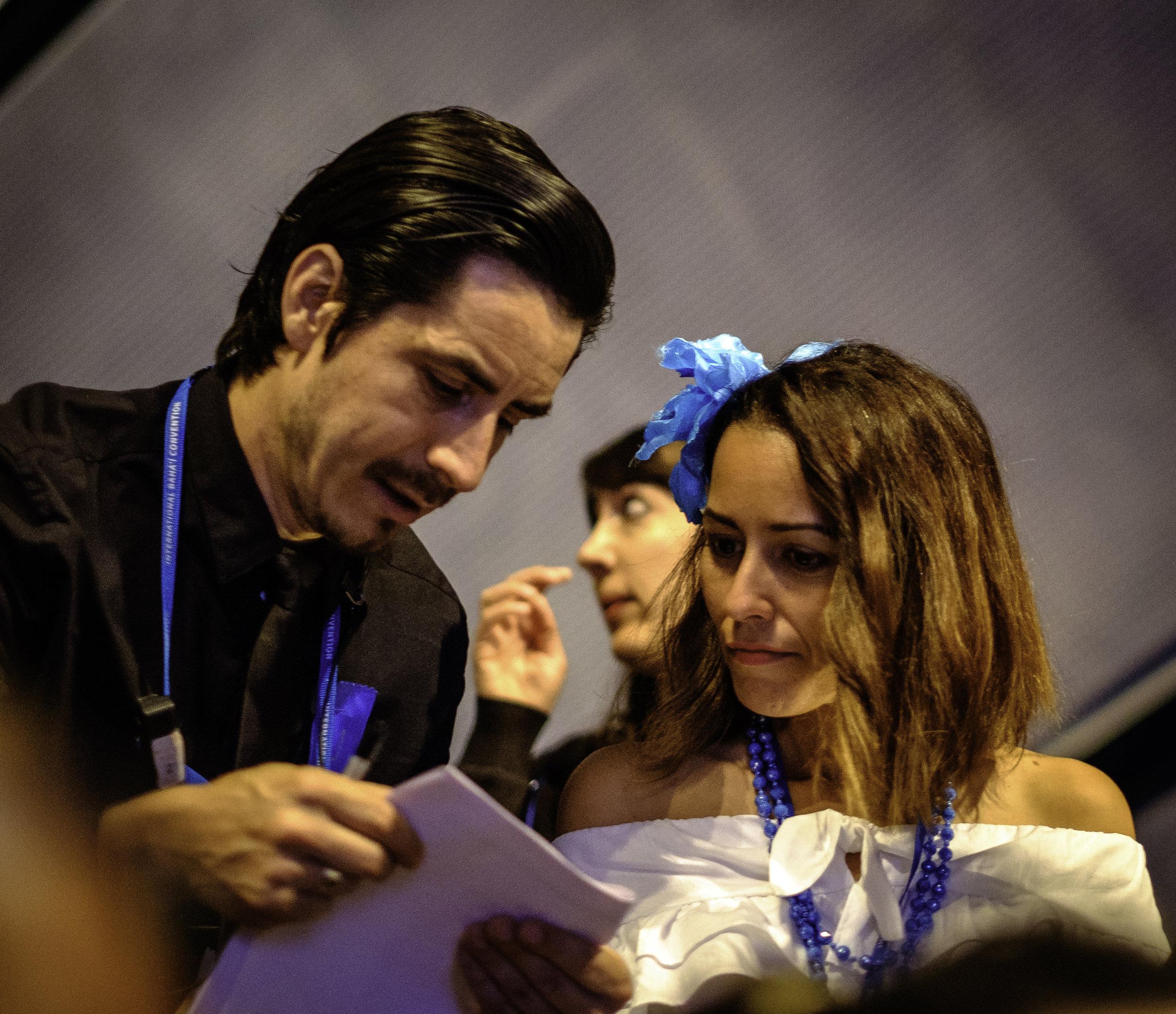 En delegat får hjelp til å finne plassen sin. Foto: Nasjonalt Åndelig Råd.