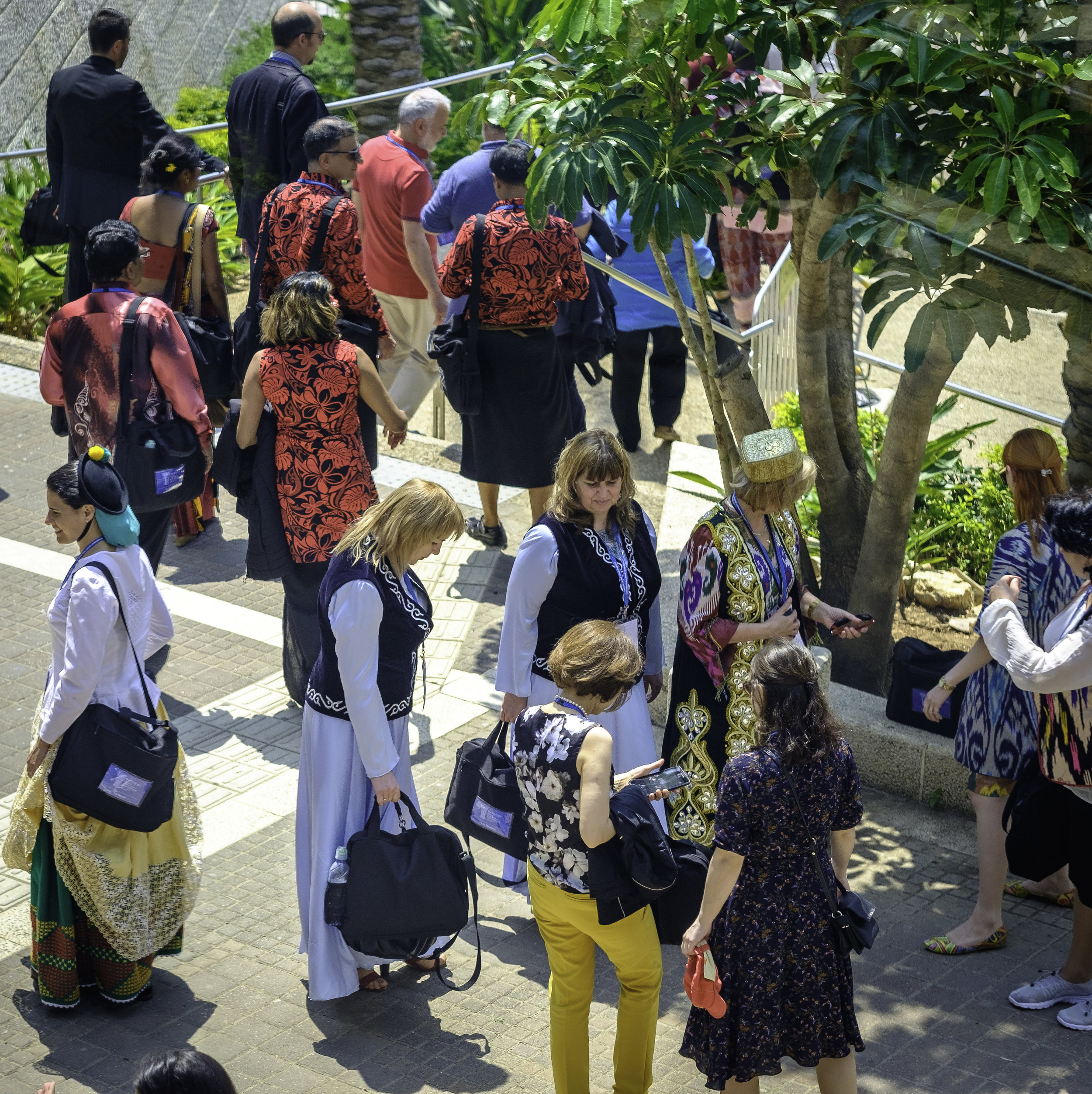 Delegatene er på vei til bussen. Foto: Nasjonalt Åndelig Råd.
