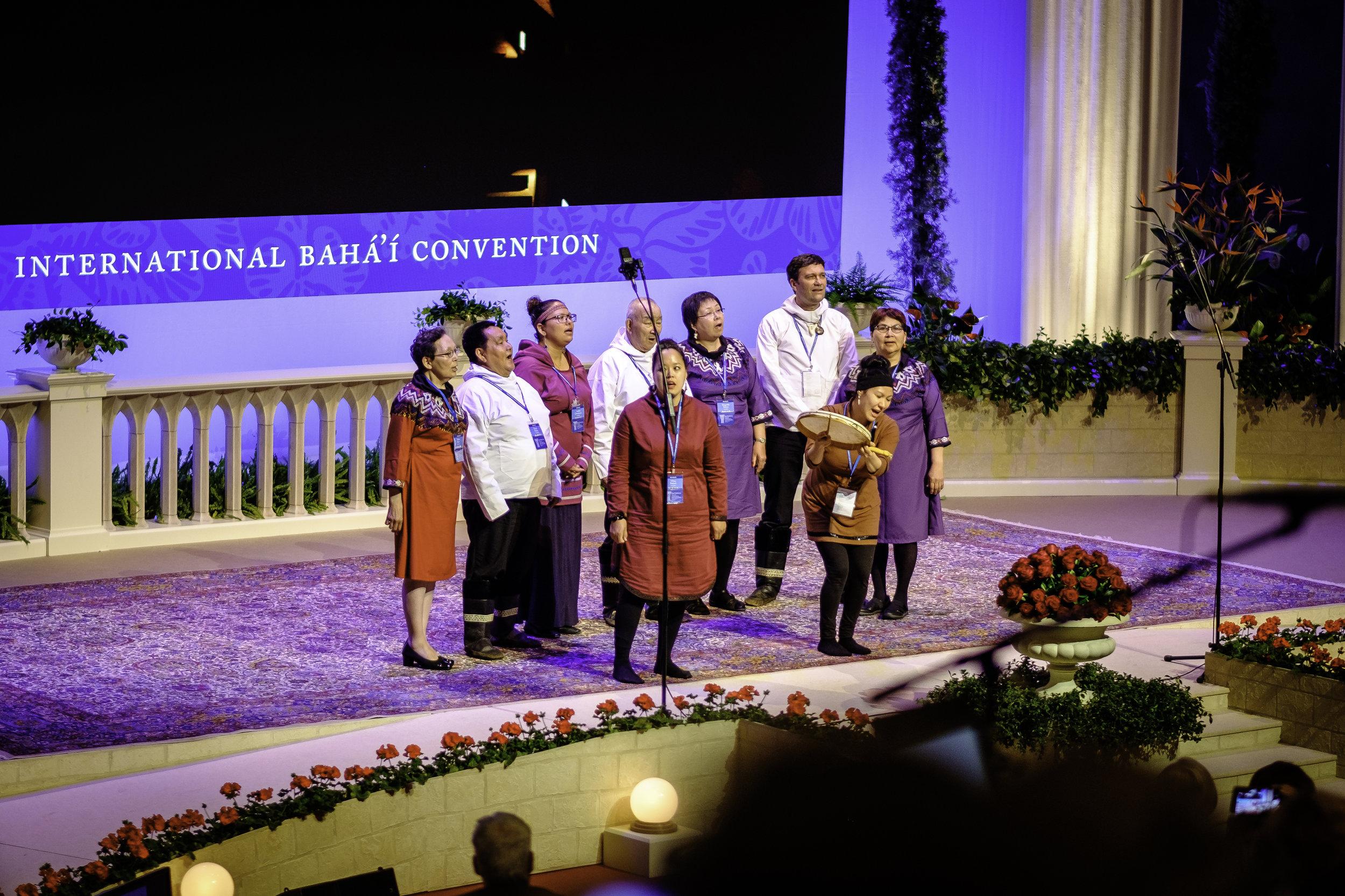 Delegater fra Grønland fremfører et musikalsk innslag. Foto: Nasjonalt Åndelig Råd.