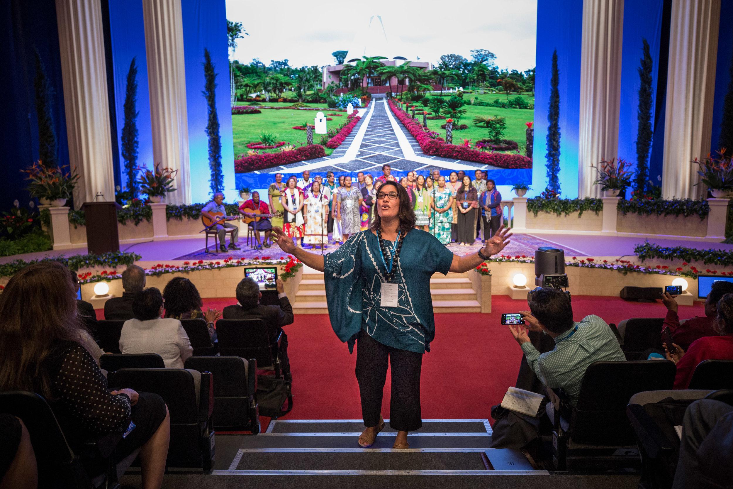 Delegater fra områder i Stillehavet fremfører et musikalsk innslag med deltagelse fra salen. Foto: bahai.org