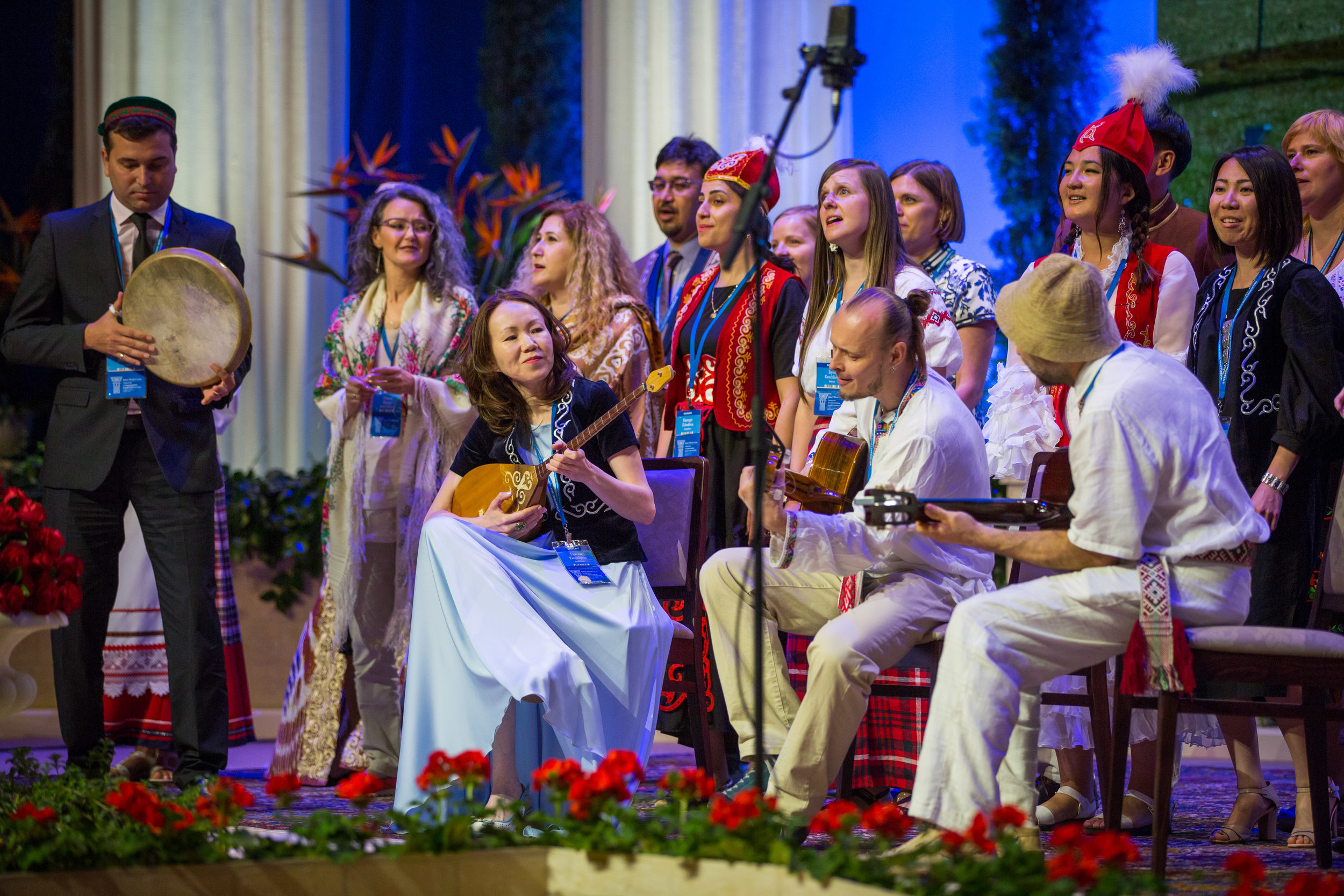 Delegater fra russisktalende land fremfører et musikalsk innslag. Foto: bahai.org