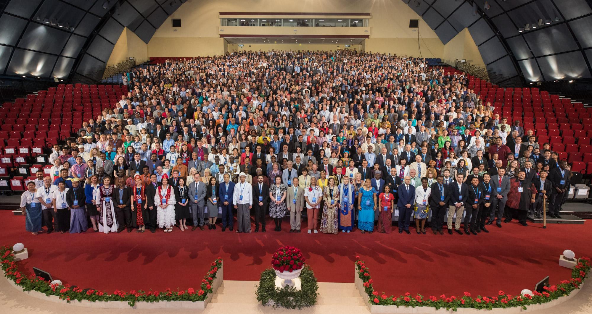Bilde av alle deltagere på det Internasjonale Konventet. Foto: bahai.org